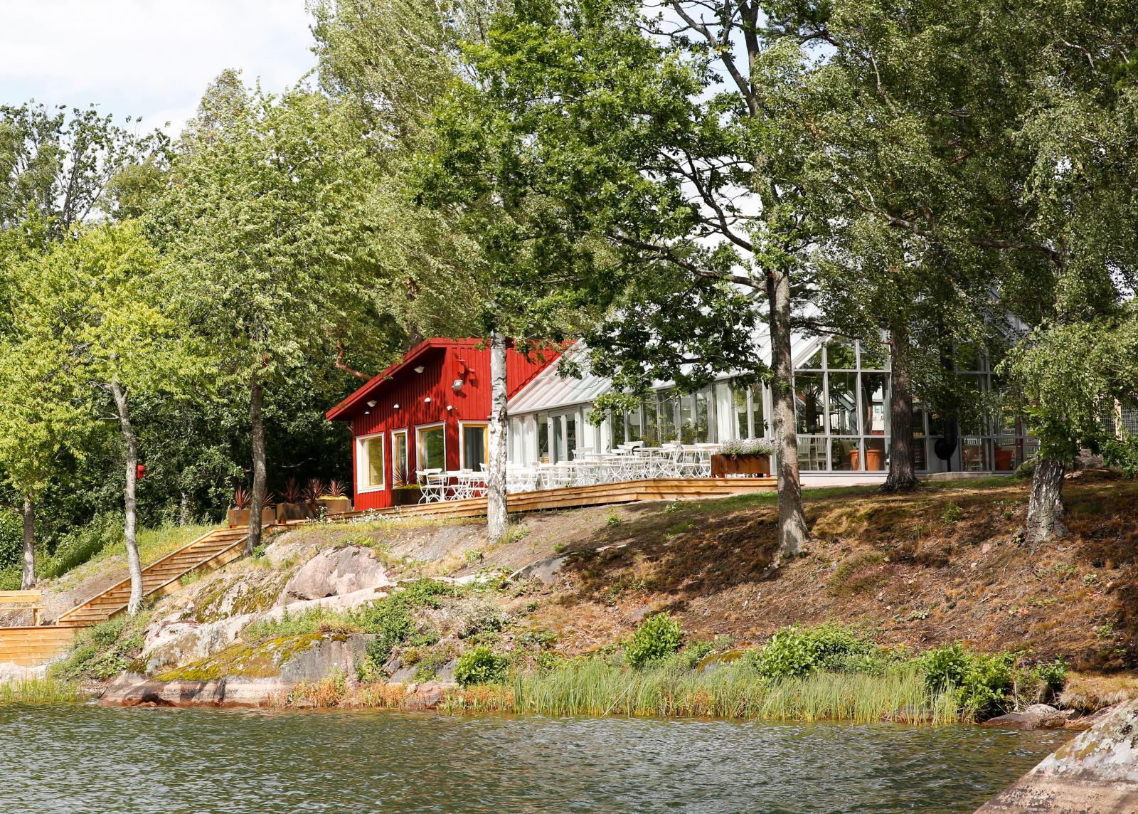 Växthuset ligger vackert vid sjön.
