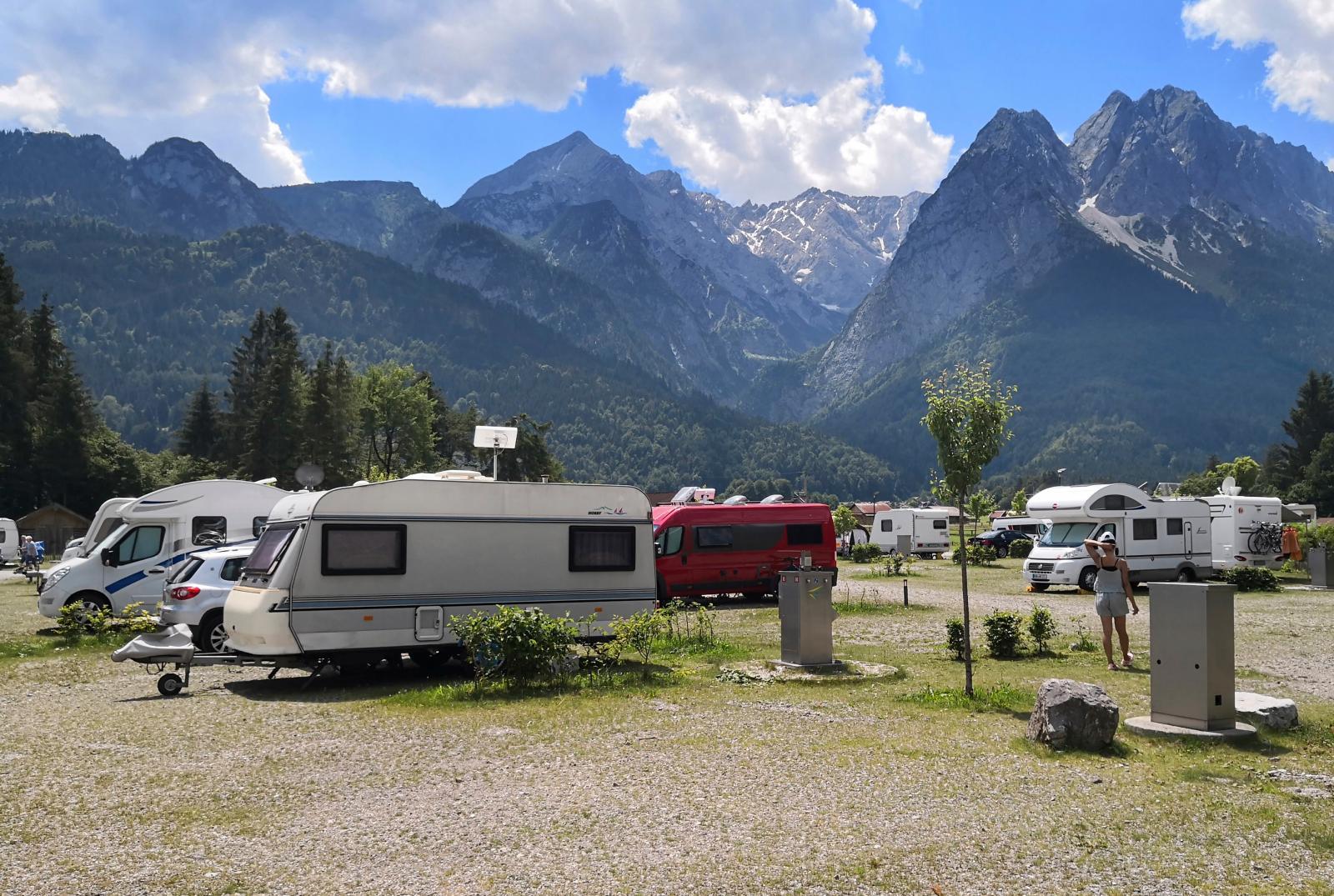 Här en bild från femstjärniga campingen. Underlag och platser ser inte ut att tillhöra en av Europas dyraste campingar.