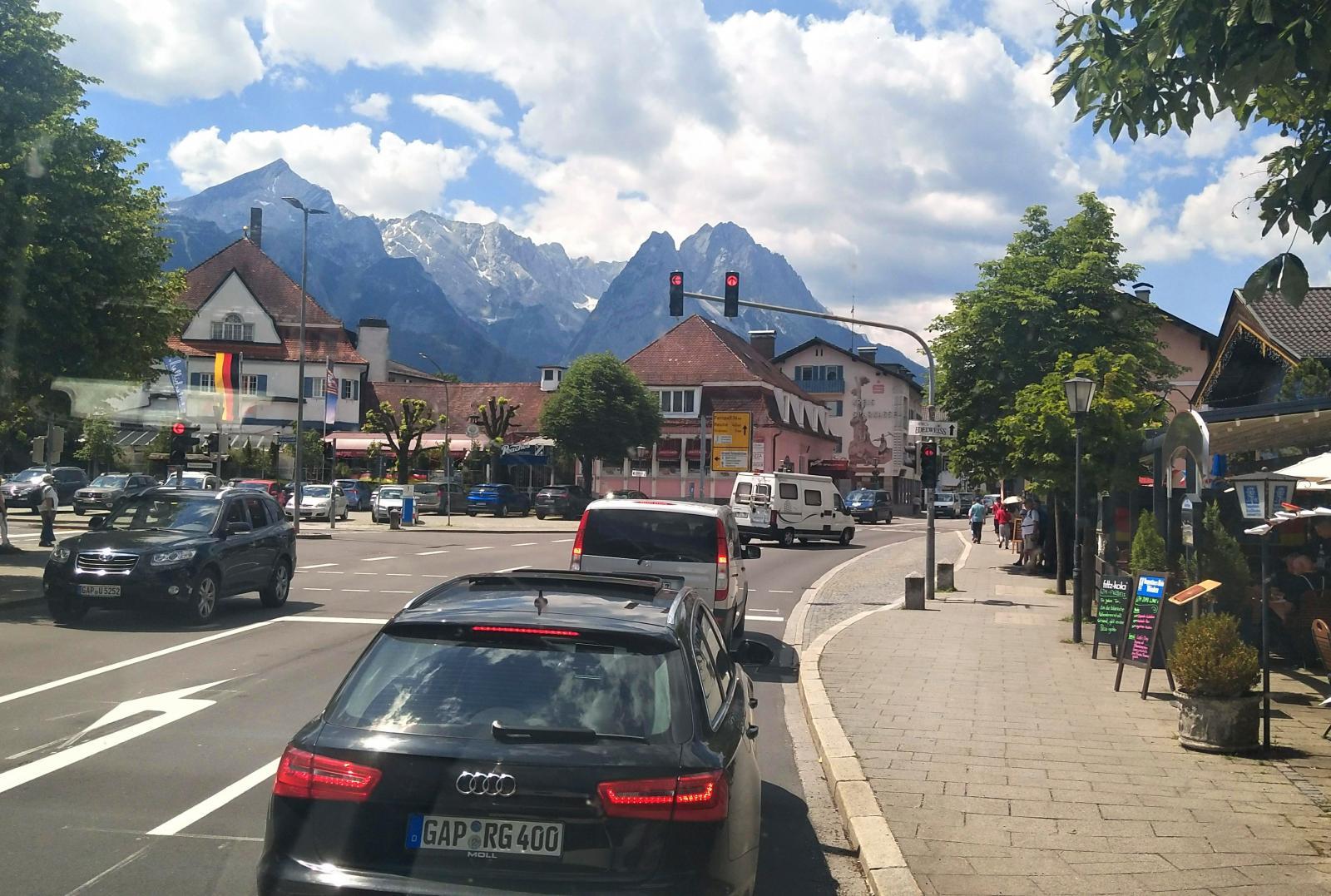 Alla som minns Sveriges största ögonblick i slalom får en gammal tv-bild i huvudet när orten Garmisch-Partenkirchen förs på tal. Zugspitze i bakgrunden.