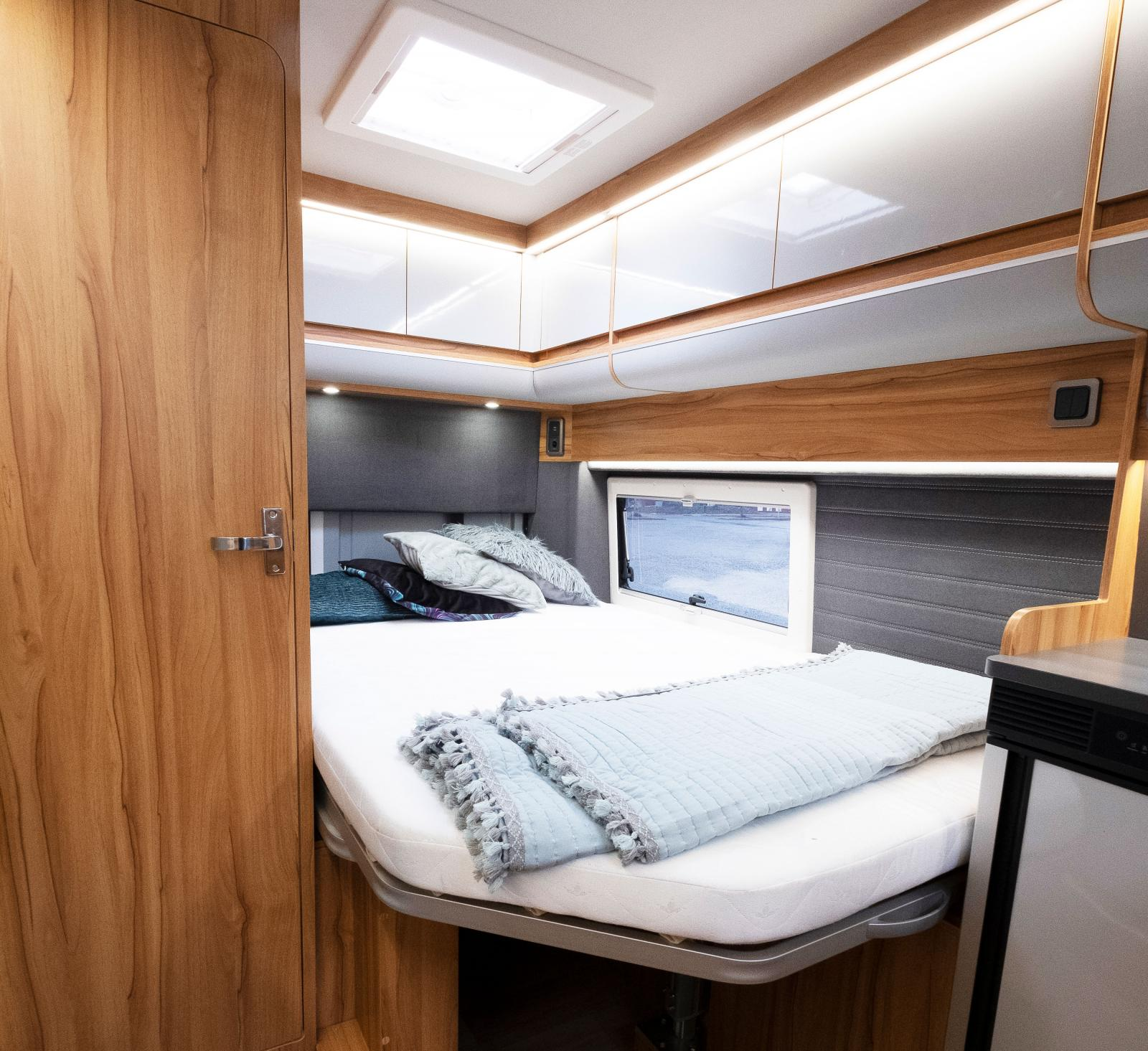 Den franska sängen med plats för två är extra bred tack vare bilens exrabreddning på mitten.