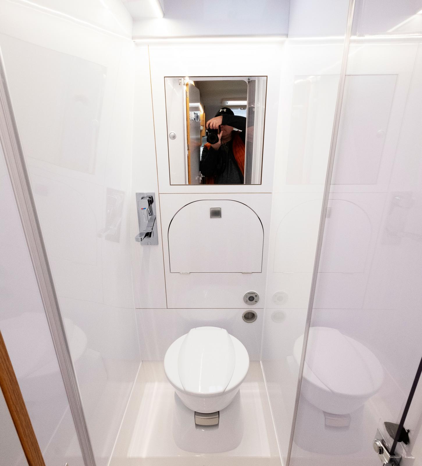 Minimalistiskt badrum.