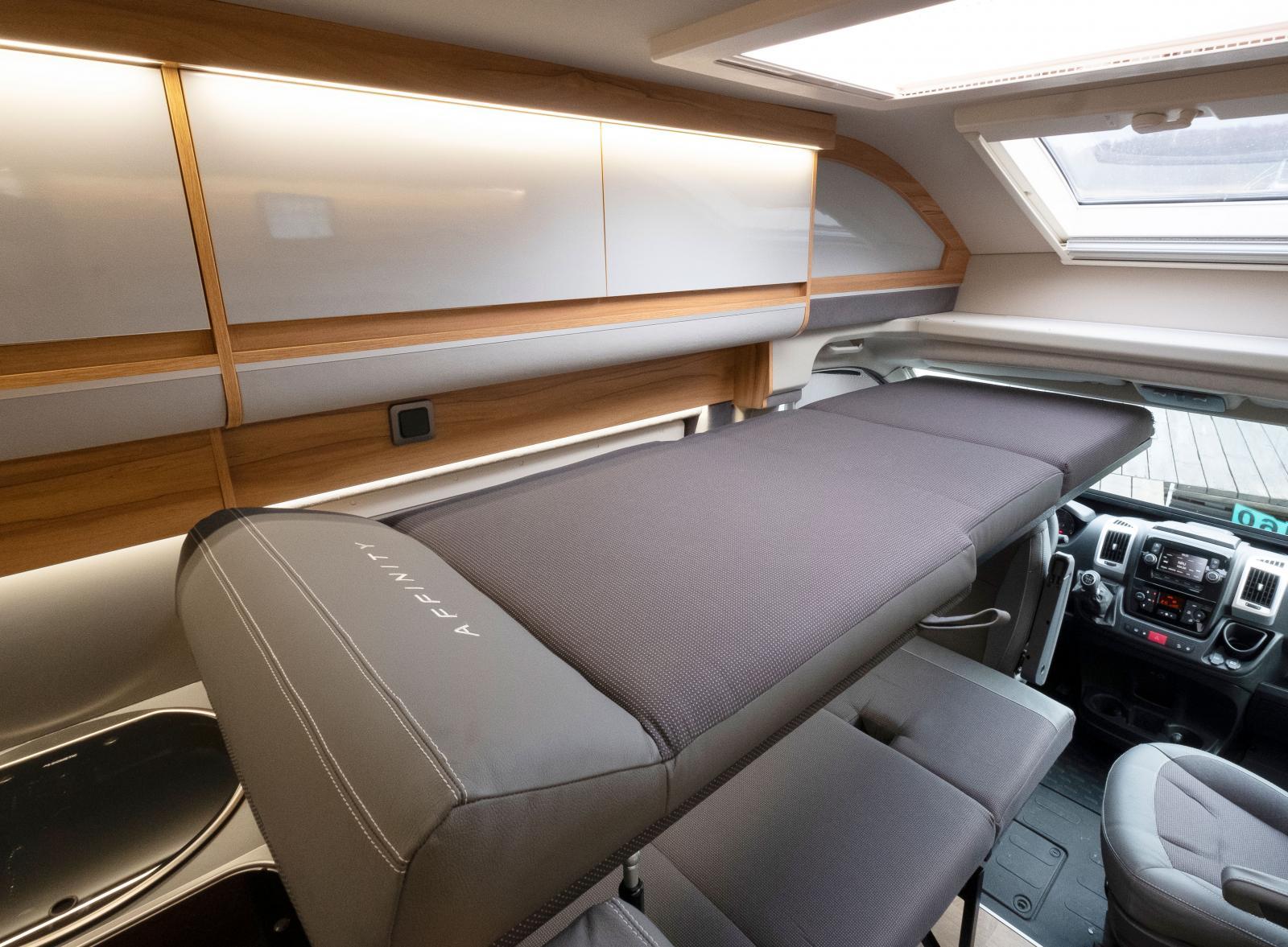 Voilà! Det här är en helt ny typ av säng. Den är främst tänkt för barn. I de bilar som är till salu finns även fallskydd.