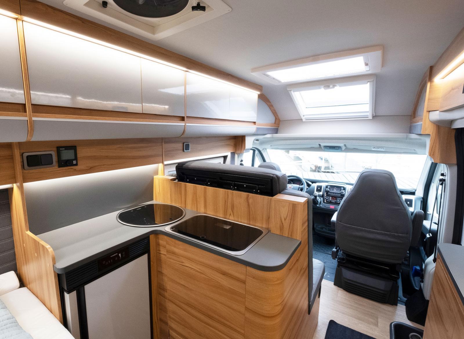 Köket är ett av de största vi sett i en så pass liten bil. Kul med nya grepp! Tyvätt finns det inge lådor under spisen, där är sängen.