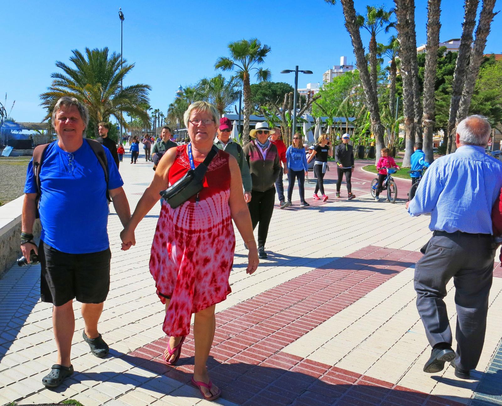 Marguerite och Kjell tar gärna en repa på den långa strandpromenaden i Torre del Mar.
