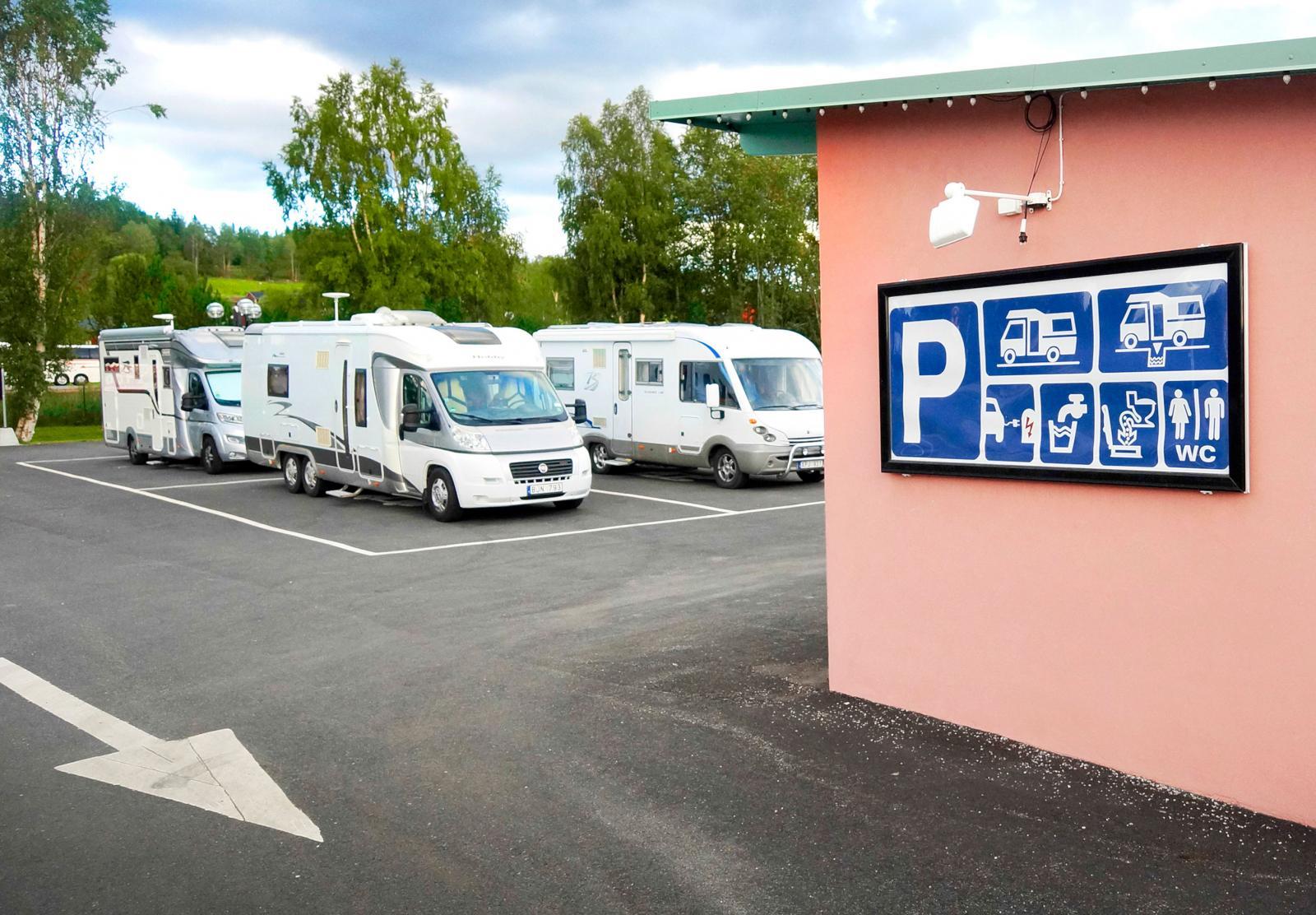 Ställplatser kan vara centrala som den här i Svenstavik. Enkelt men med servicehus.