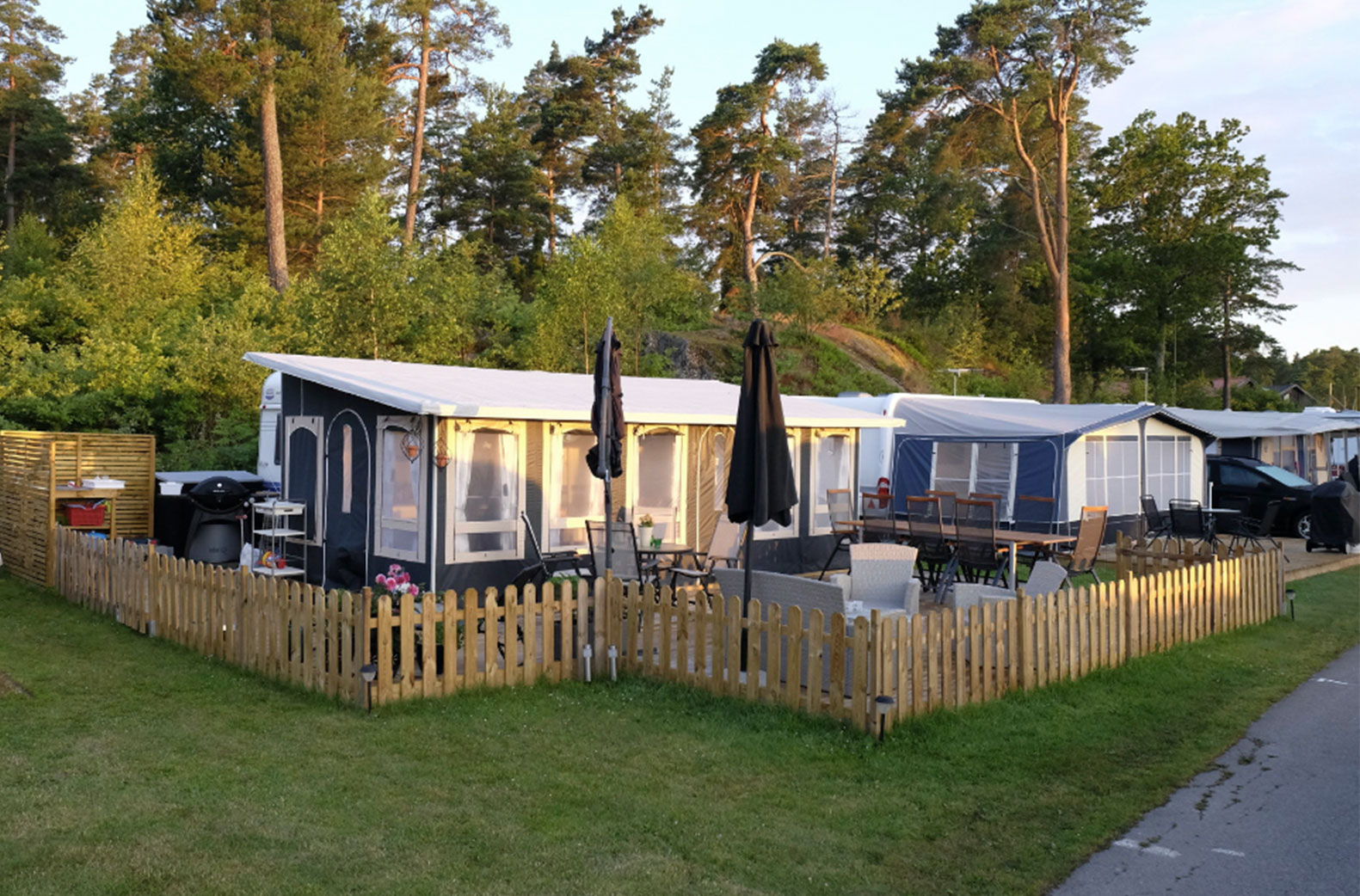 Ekipage som stannar en hel säsong smyckar gärna ut sina campingtomter för att öka trivseln.