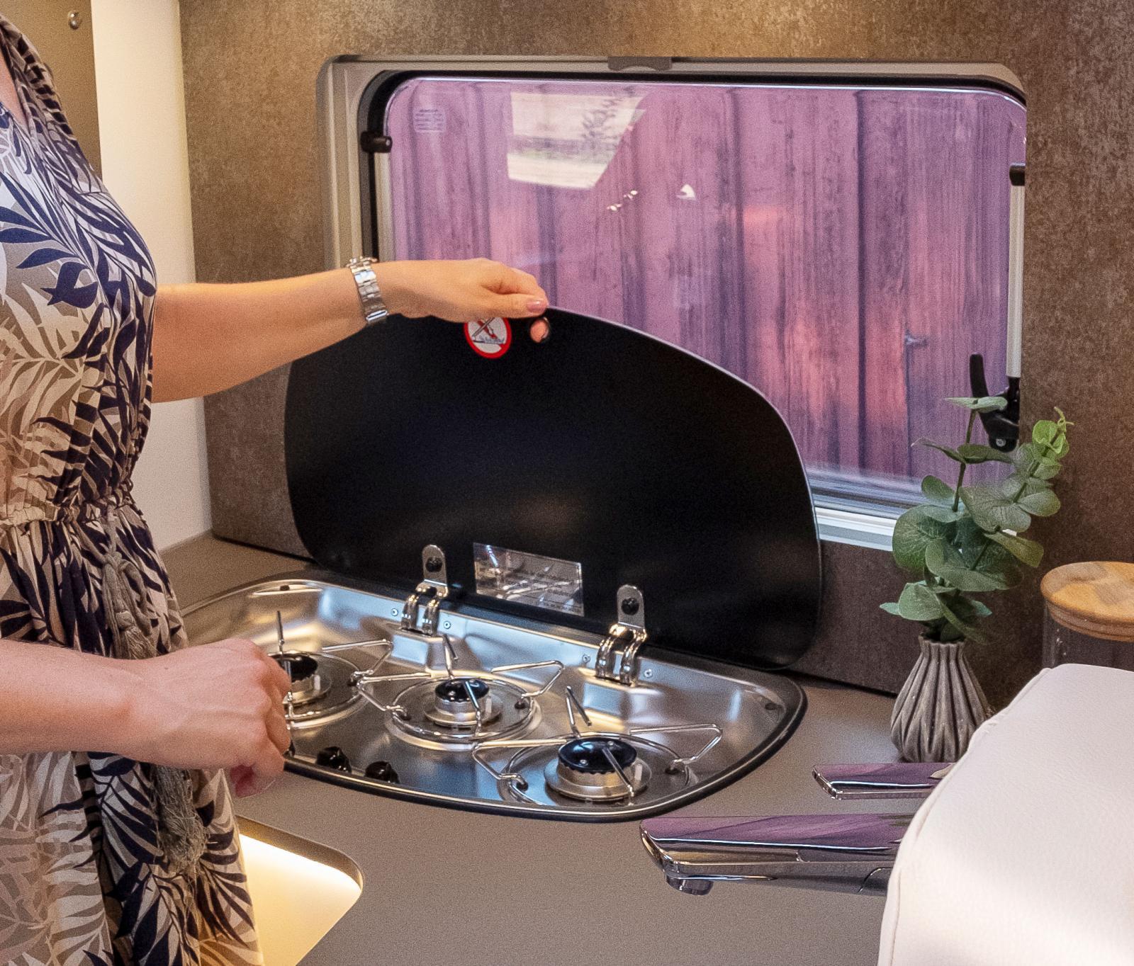 Täckglas på spisen och och täckskiva till diskhon ökar kökets flexibilitet.