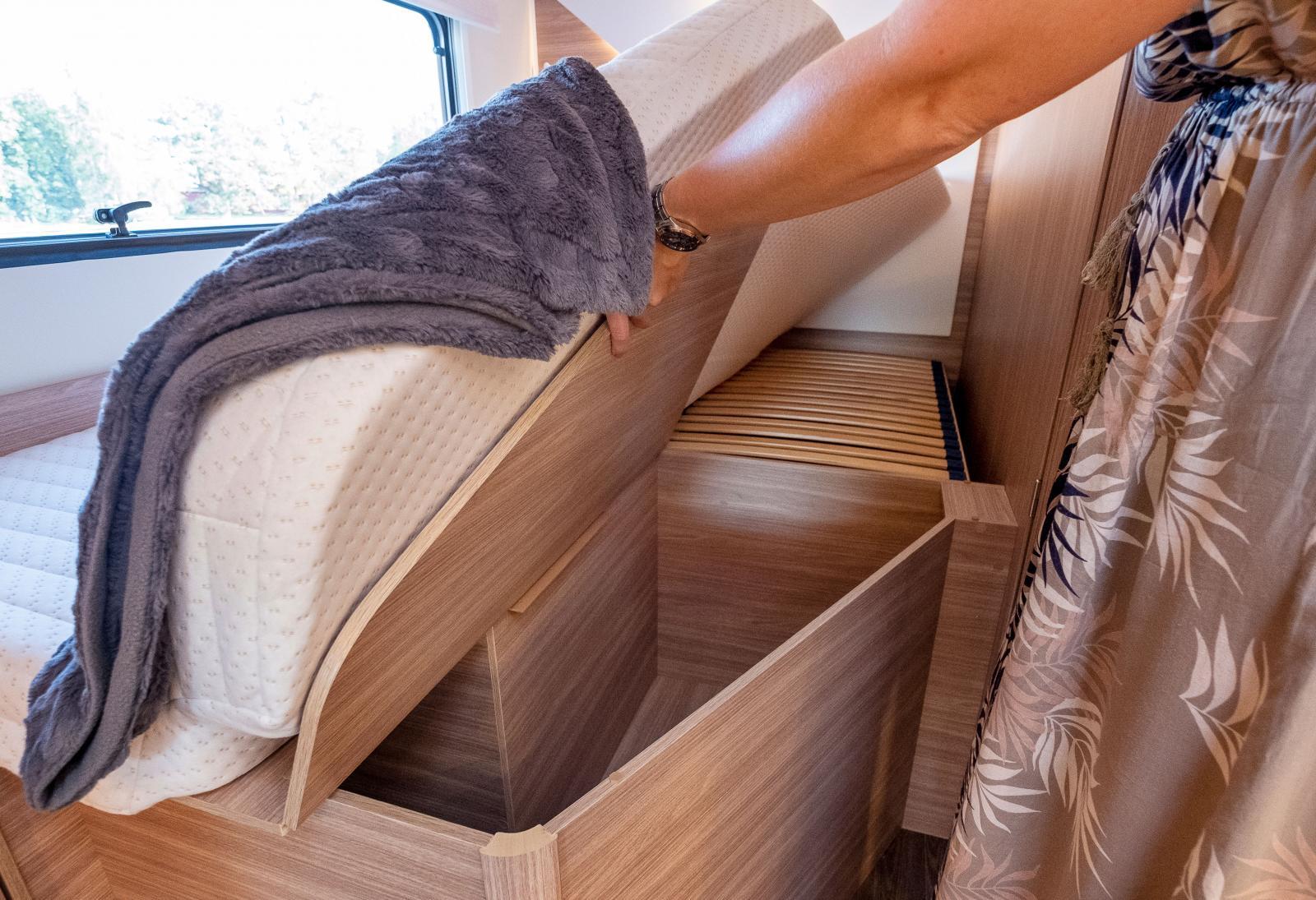 Utrymmet under den främre delen av sängen nås från bodele.