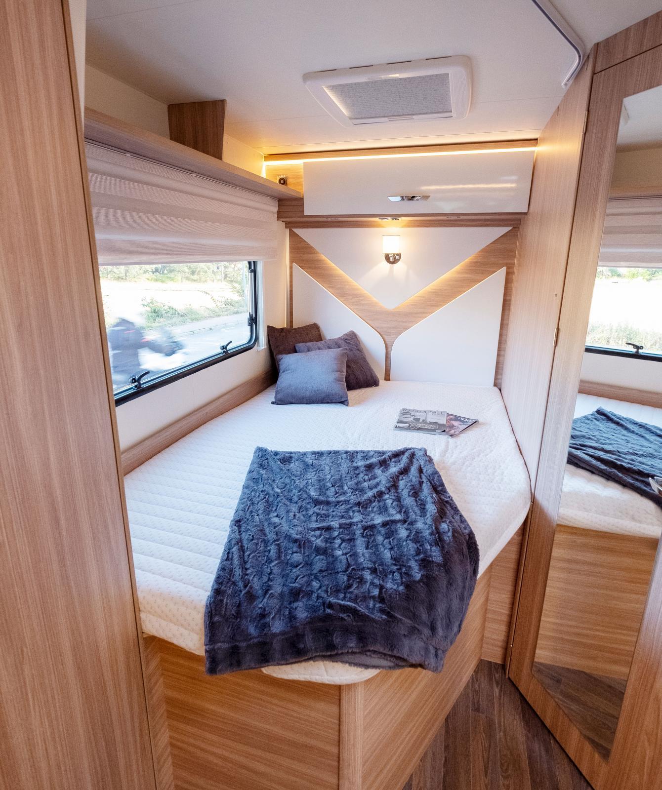 Fransk säng med stort fönster, usb-uttag och förvaring.