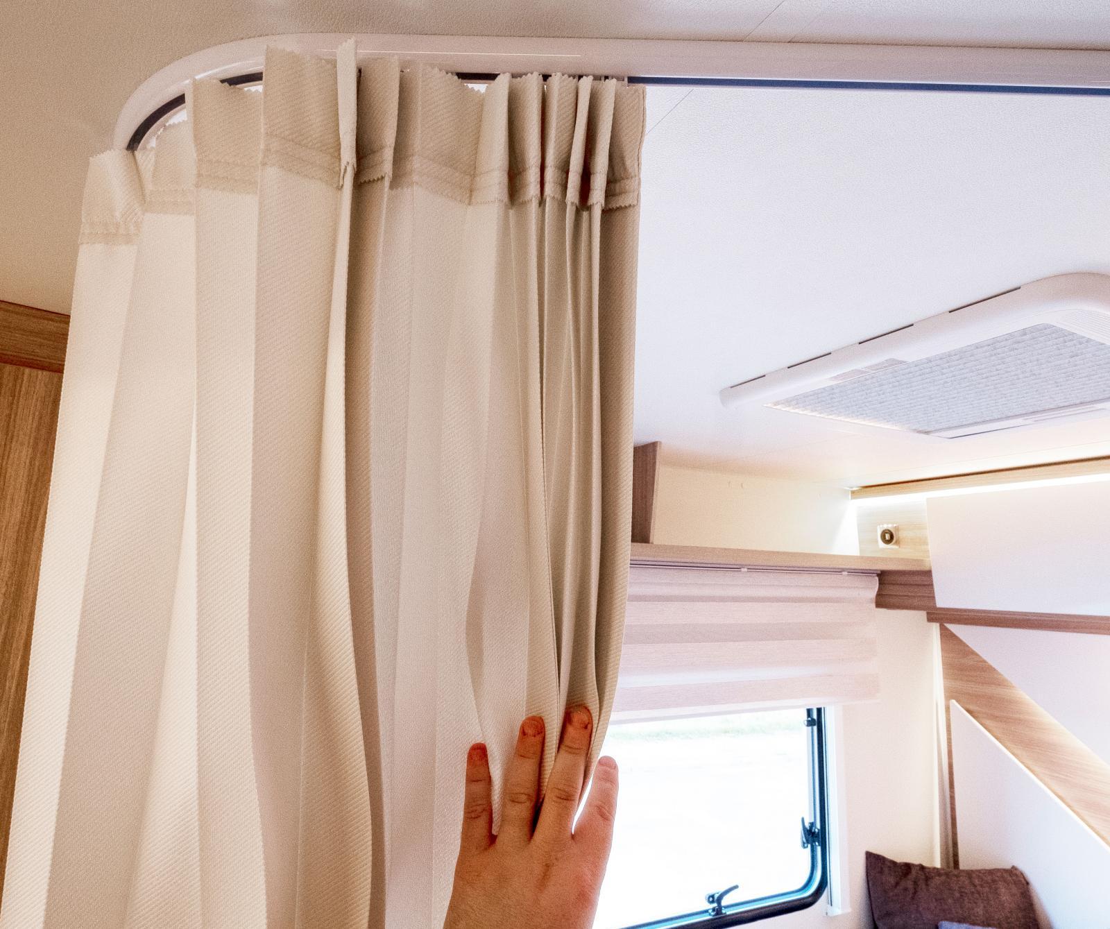 Draperiet kan göra sängen lite mer privat om det behövs.