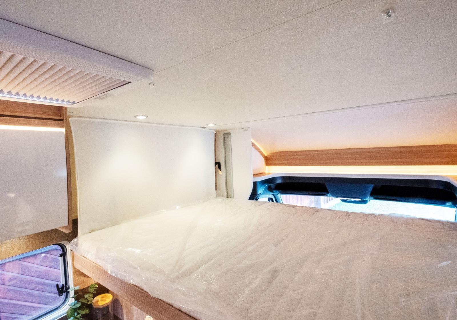 Taksängen i bilen är väl tilltagen och det är inte ovanligt att ett par väljer att använda varsin säng, då är de riktigt rymliga.