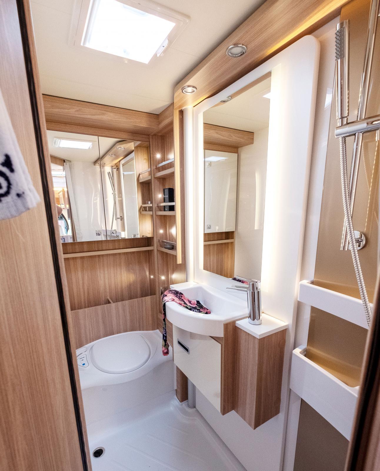 Strålande tjusigt badrum à la designhotell eller turfärjefeeling? I toalettutförande känns det mer som hotell faktiskt.
