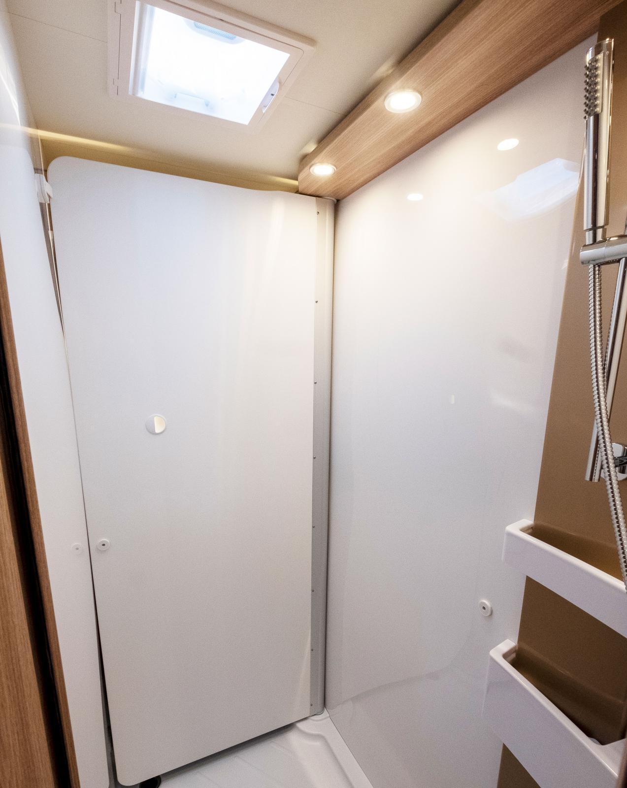 Genom att lösgöra väggen med handfatet och vrida det över toaletten omvandlas utrymmet till en rymlig dusckabin.