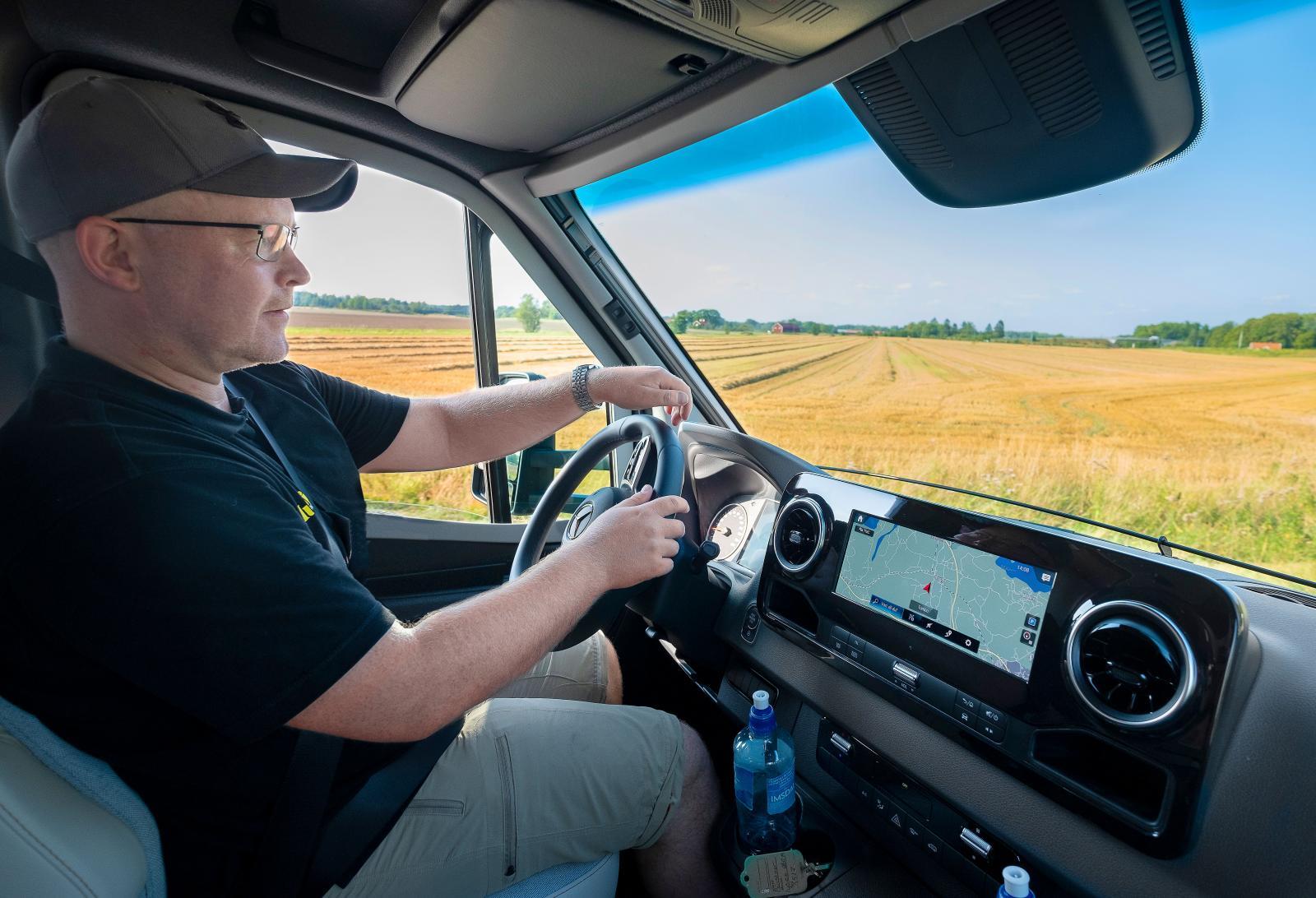 Hej Mercedes kan man säga till medienheten och få svar. Körupplevelsen är betydligt mer personbilslik i nya Mercedes Sprinter.