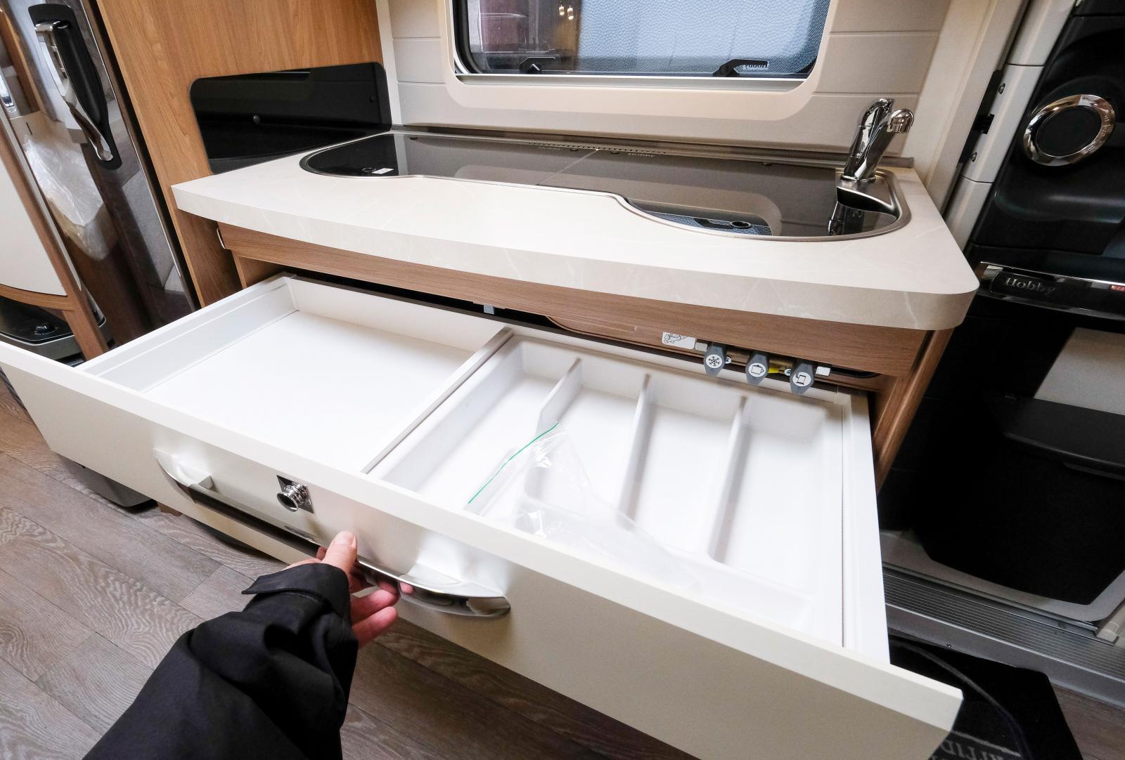 I övre kökslådan finns gasolvreden för värme, kylskåp och spis.
