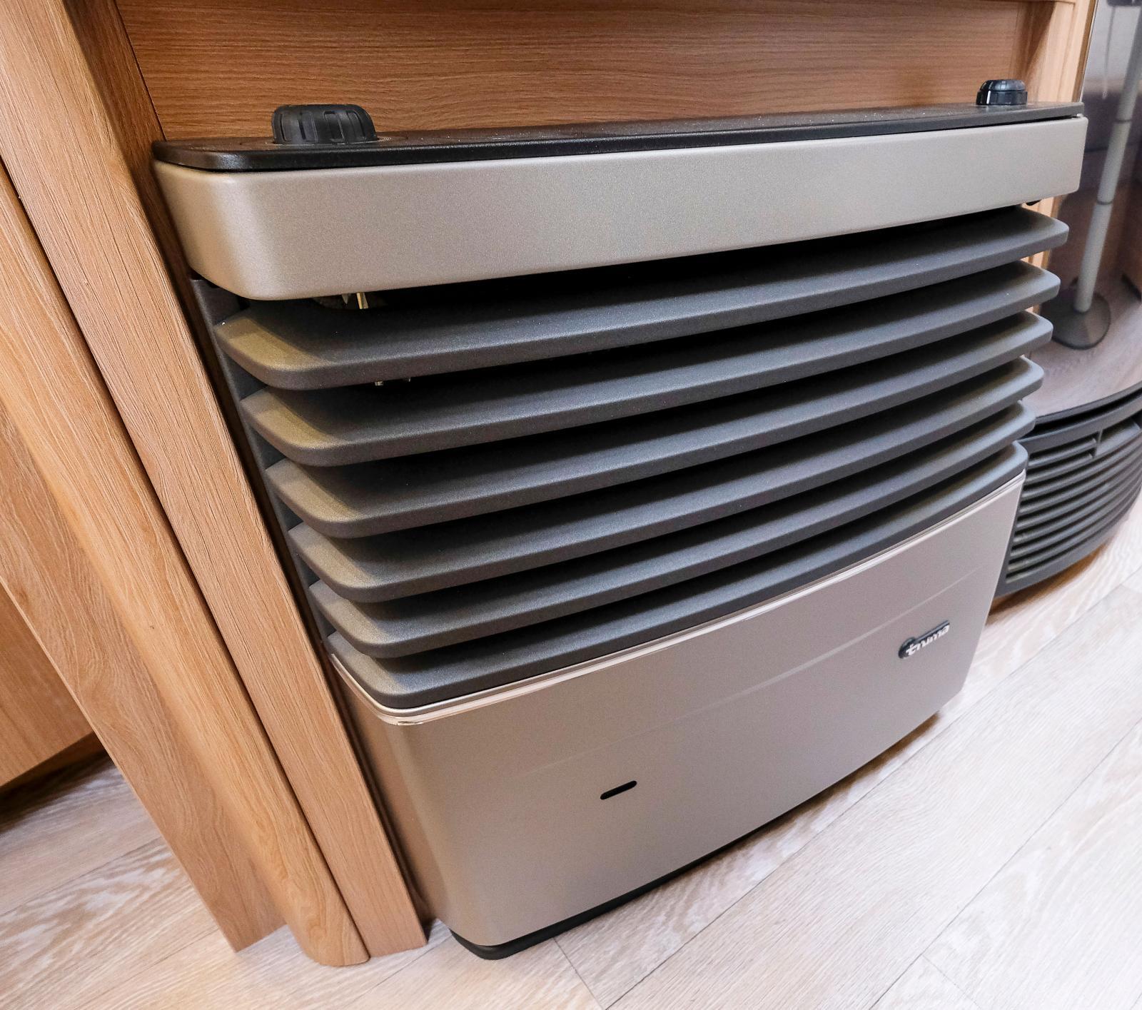 Värmepannan från Truma finns under stora garderoben.