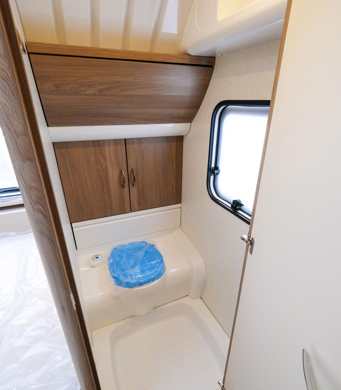 Toaletten är praktisk och lättskött med avlopp i golvet.