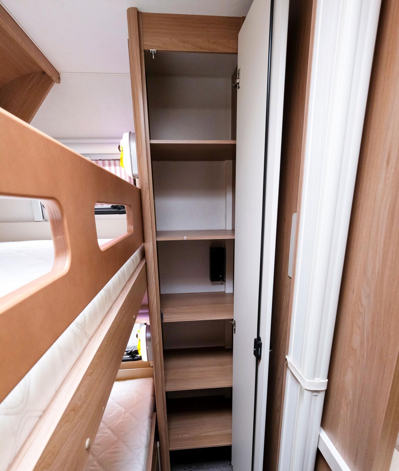 I barnkammaren, som kan avskärmas, finns två garderober.