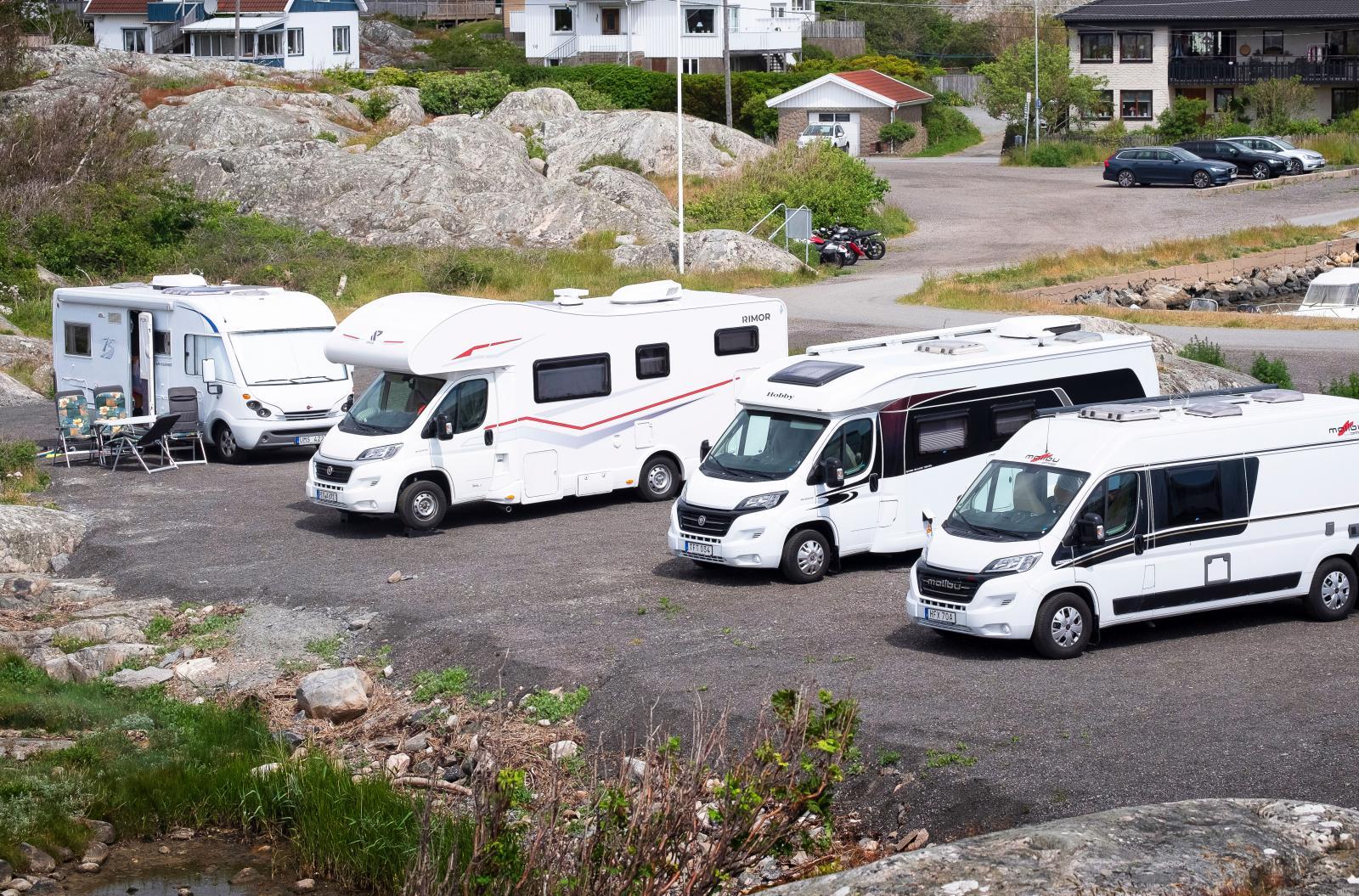 En bit ifrån Hönö Klåva ligger Fotö och där finns en lite mindre ställplats som ligger fint i gästhamnen, klippor runt hörnet!