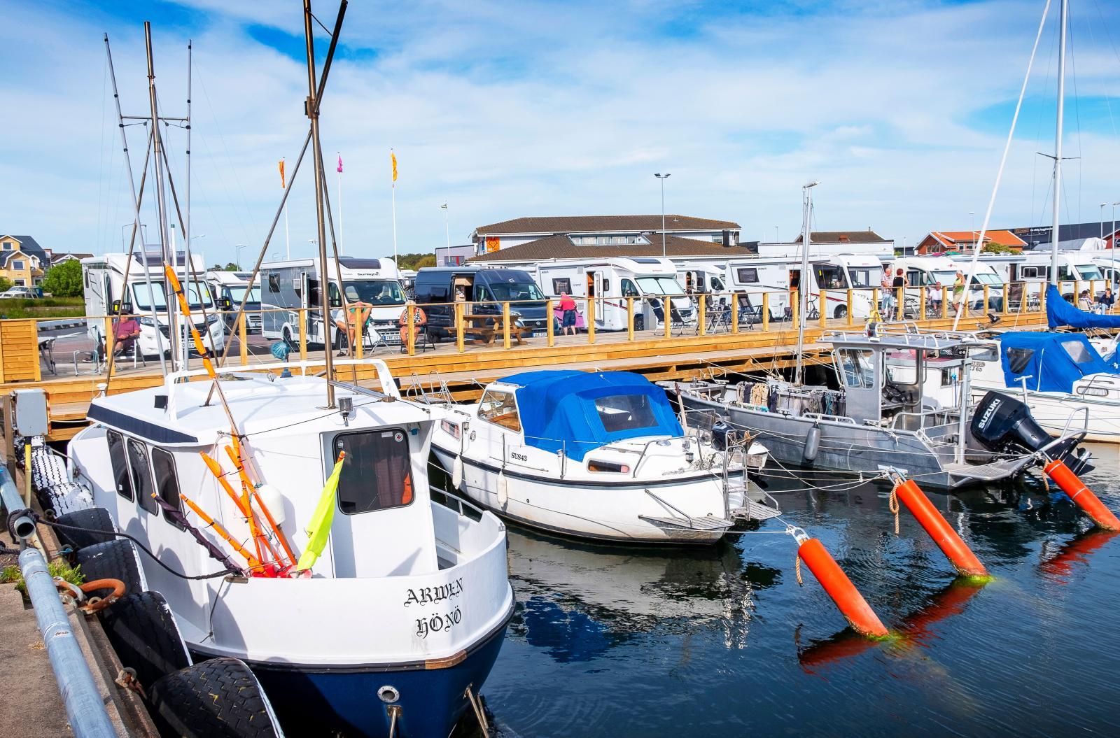 Fritidsfordon, fritidsbåtar och fiskebåtar samsas om utrymmet.