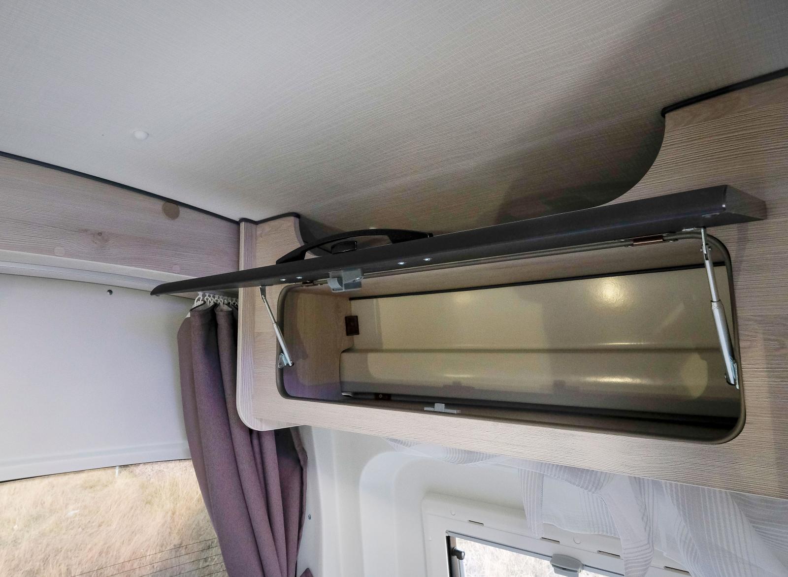 I sovrummet finns öveskåp på båda sidor och även en garderob.