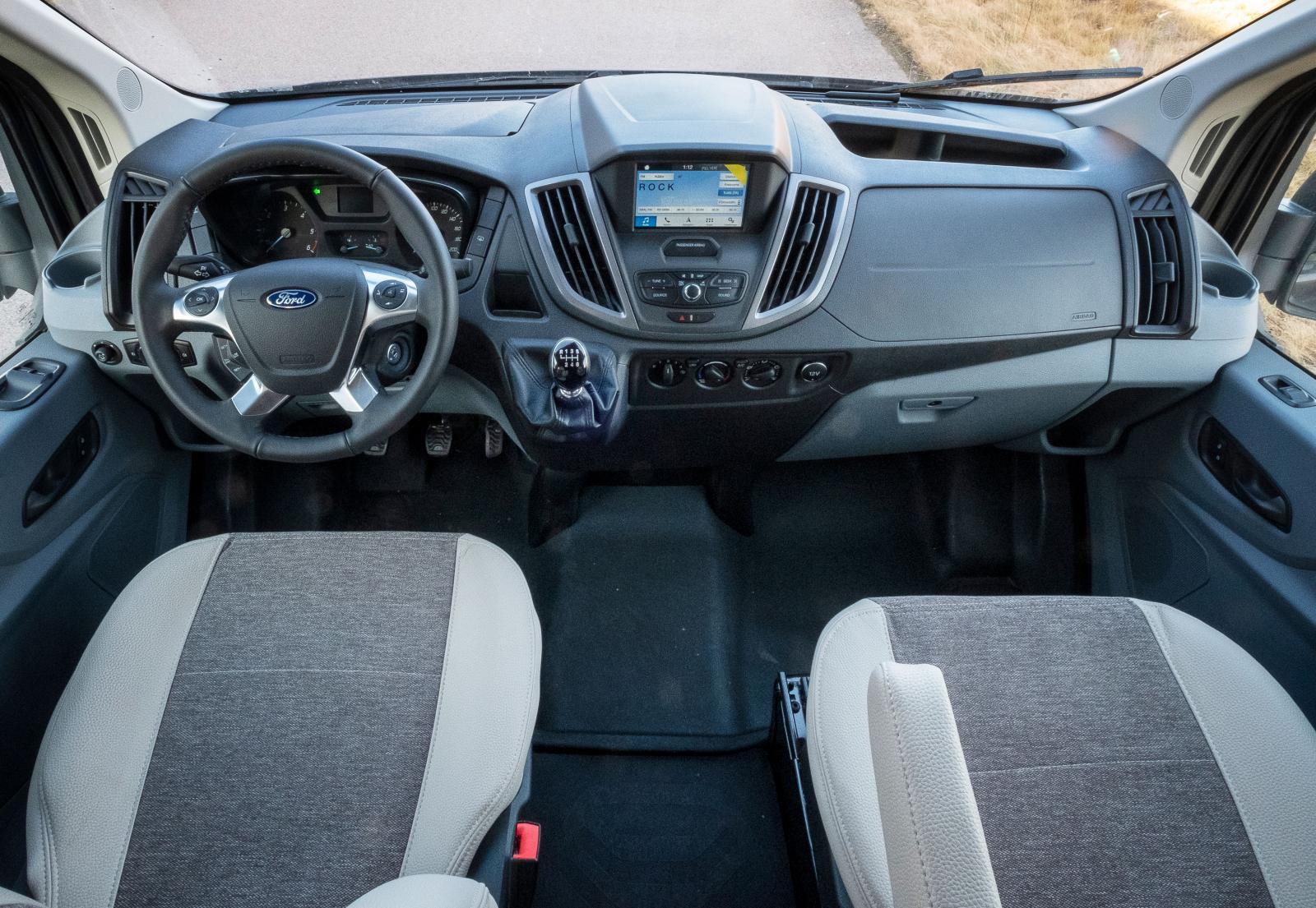 Enkel och lättmanövrerad och inte så mycket high tech. Testbilen är -19 modell. Till 2020 byts det hela till mer digitalism.
