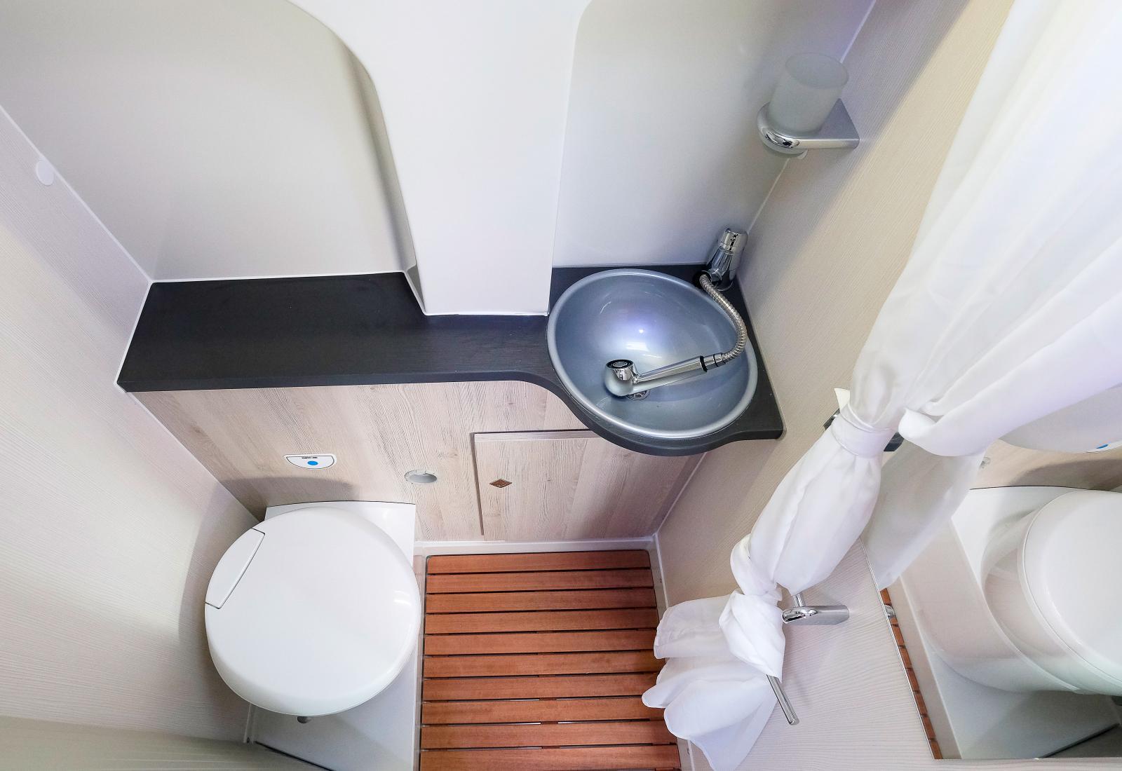 Ingen glamour men ett väl fungerande badrum som håller måttet.