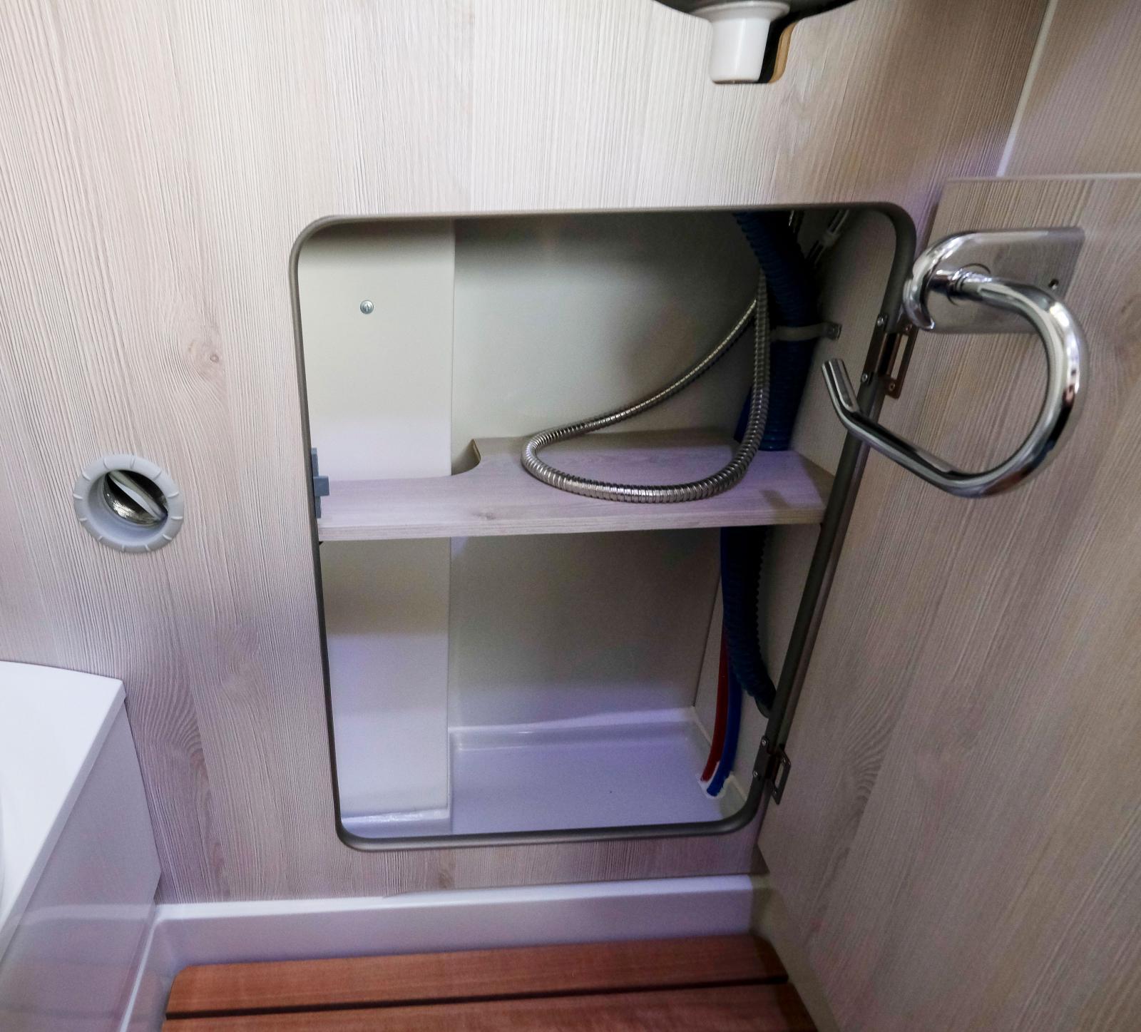 Plats även under handfatet och toapappret bakom luckan.