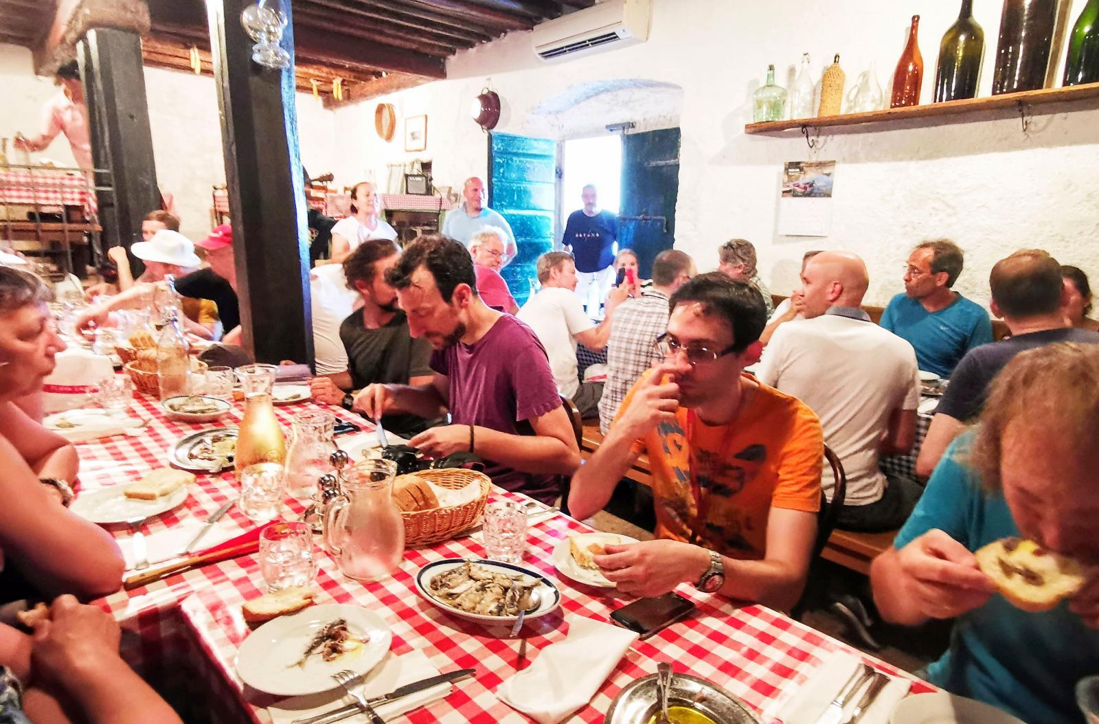 Restaurang med levande musik och färsk mat.