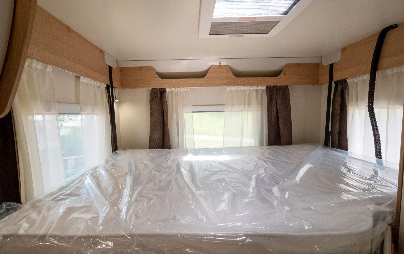 Längst bak finns stor sittgrupp och nedsänkbar säng i taket.