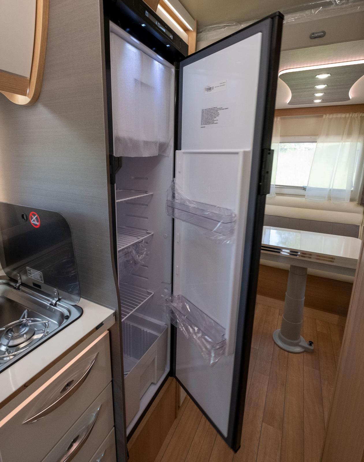 Kylskåpet är smalt och bra placerat bredvid köket.