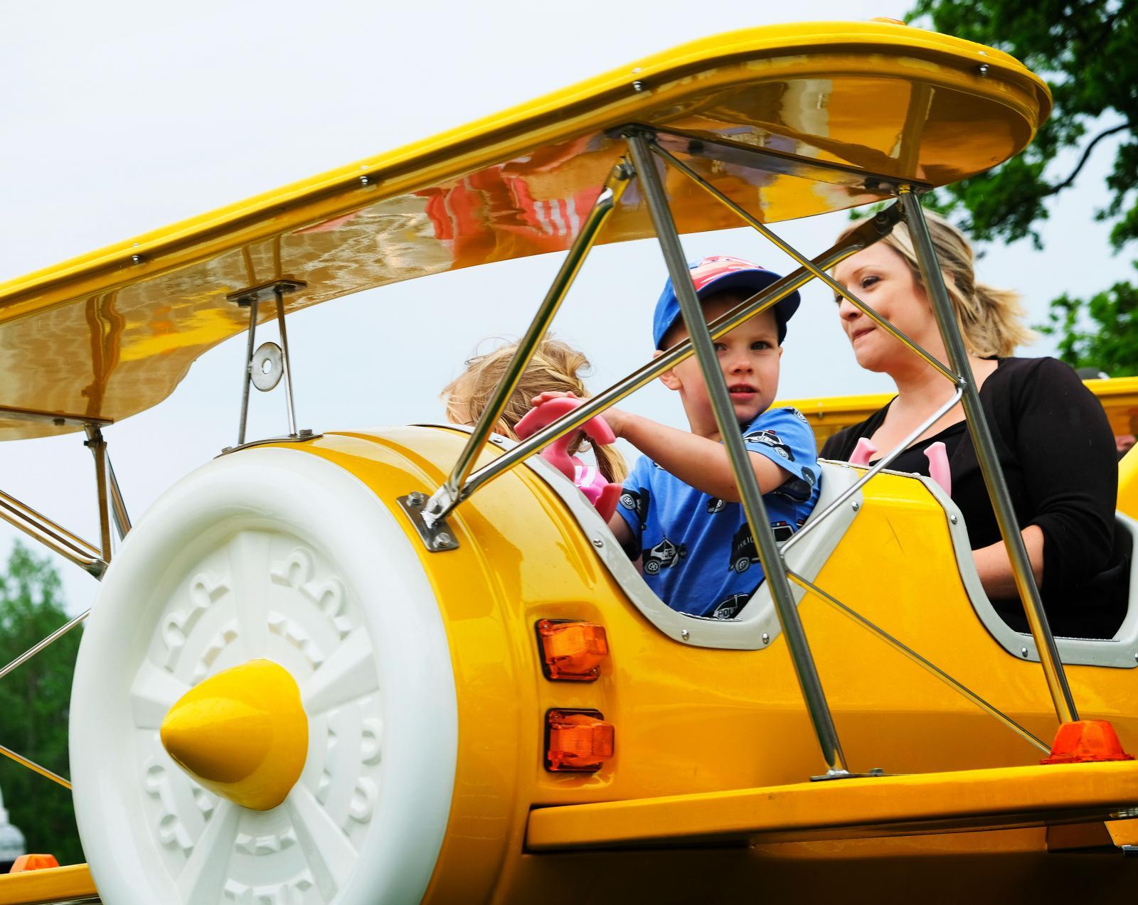 Gillar barnen att åka karuseller är det lyxigt att besöka parken under lågsäsong och dåligt väder. Obefintliga köer!