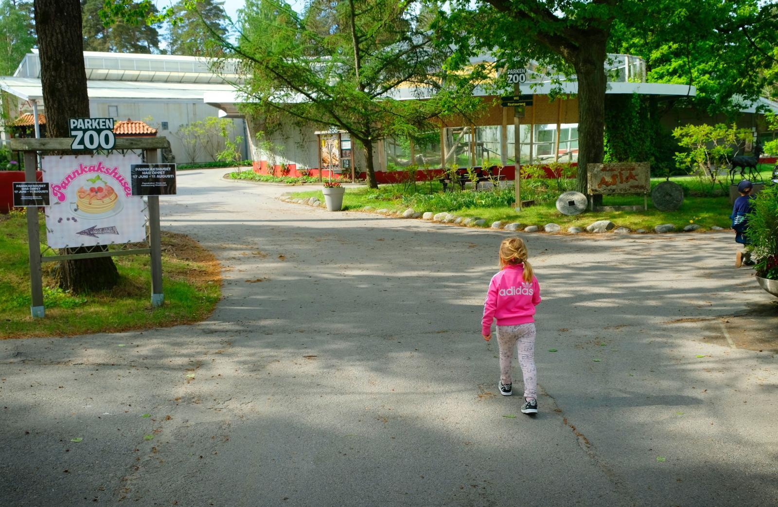 Vid djurparkens entré kommer man snabbt till den asiatiska paviljongen.