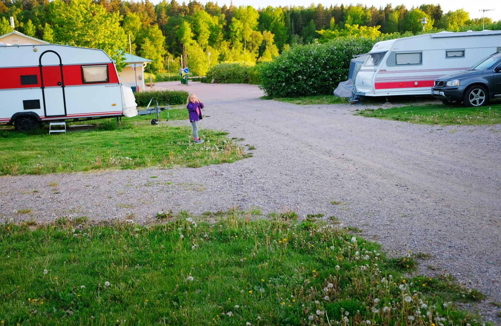 Campingplatserna är avdelade med buskar på sina håll.