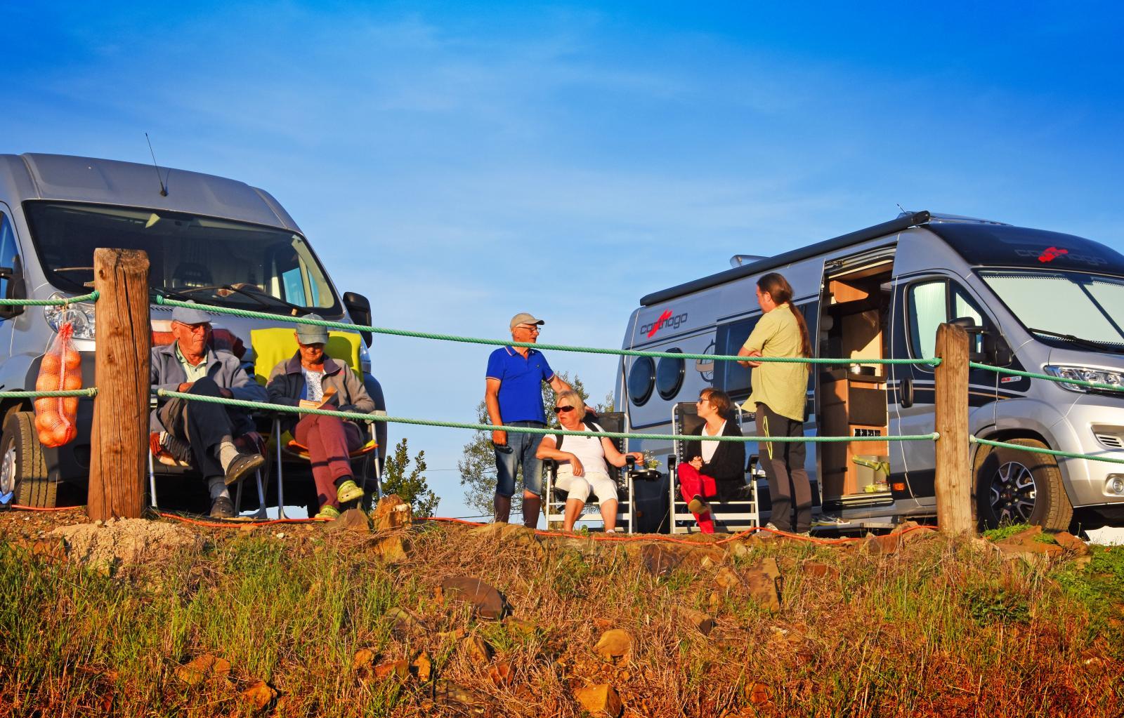 Husbilslivet erbjuder en blandning av enskildhet och umgänge. I Odeleite får Tina och Bengt en pratstund med Agneta och Arne från Trollhättan.