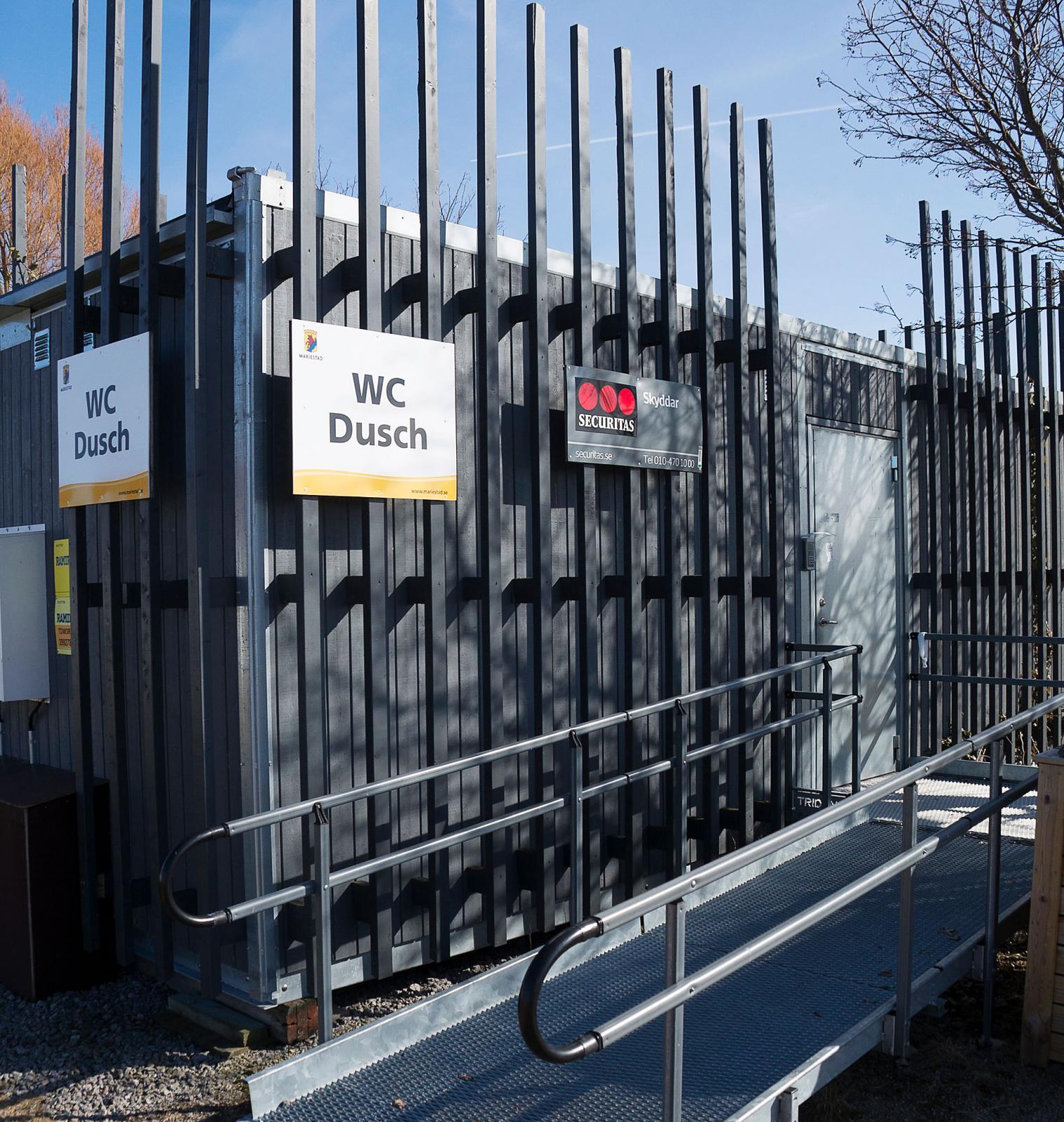 Hygiencontainer. Nödvändiga faciliteter med toa och dusch finns men är det fullbelagt kan det bli kö.