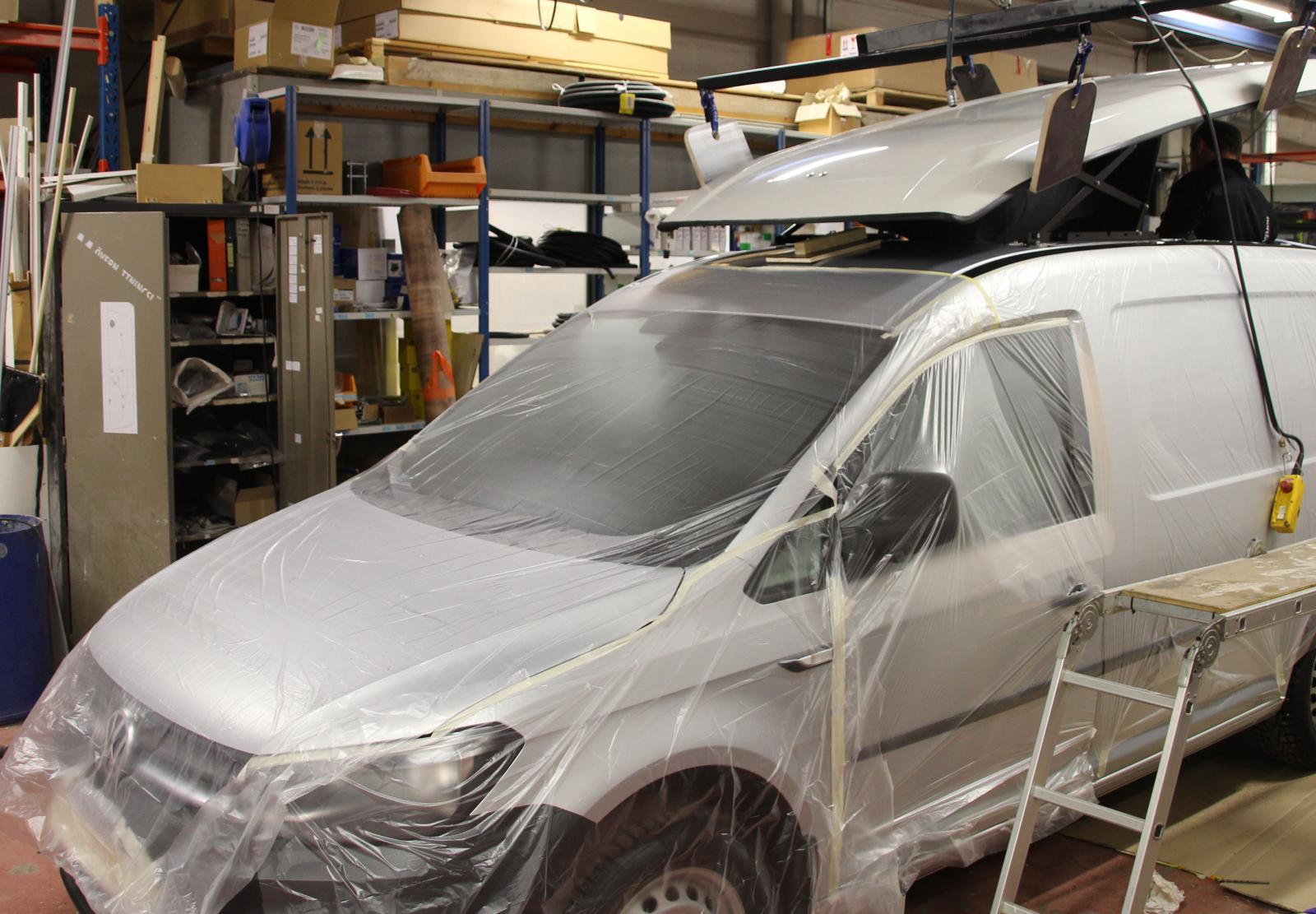 För att skydda lacken täcks bilen av plast.