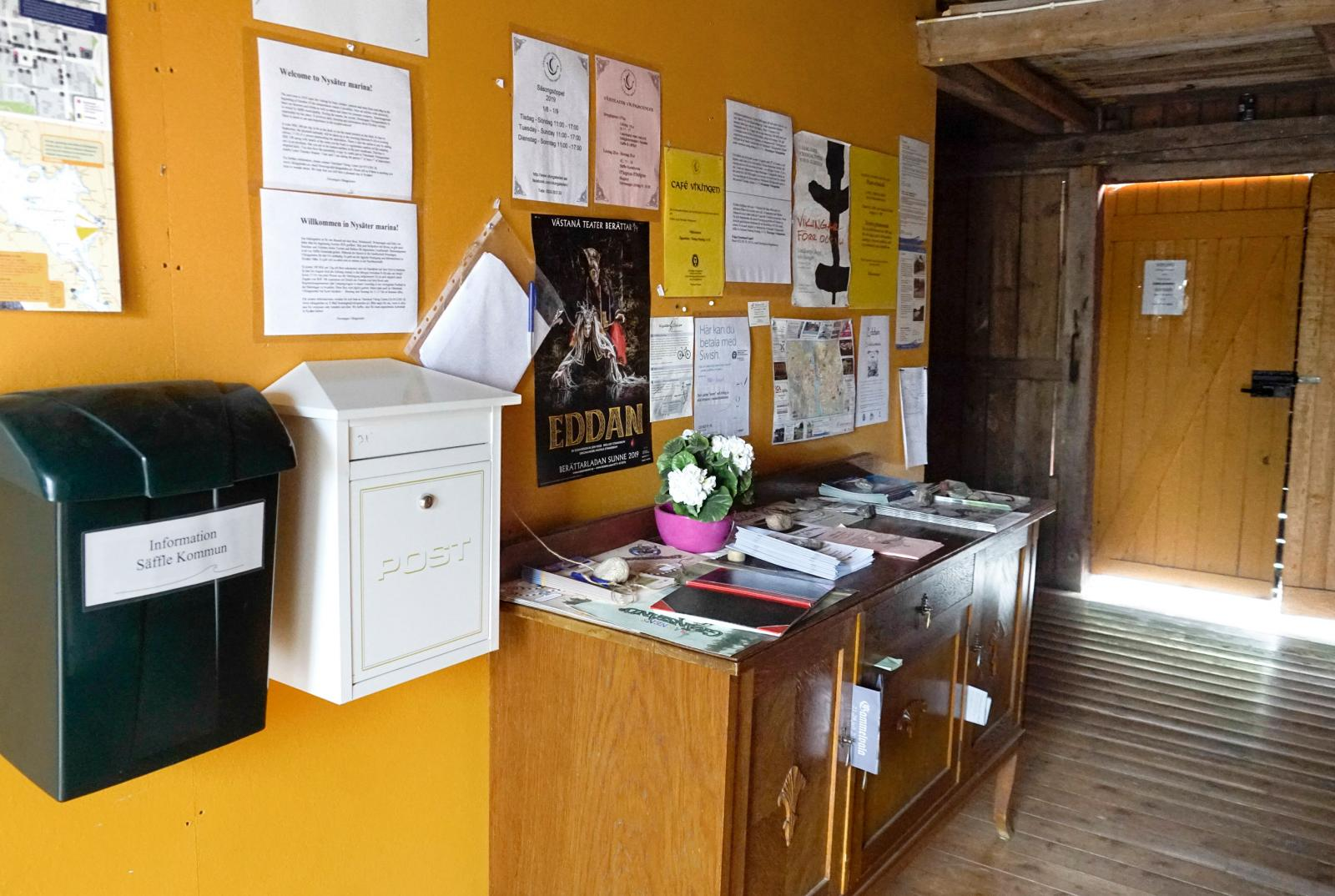Servicelokalerna är äldre trähus av enklare typ, lite sjöbodskänsla.