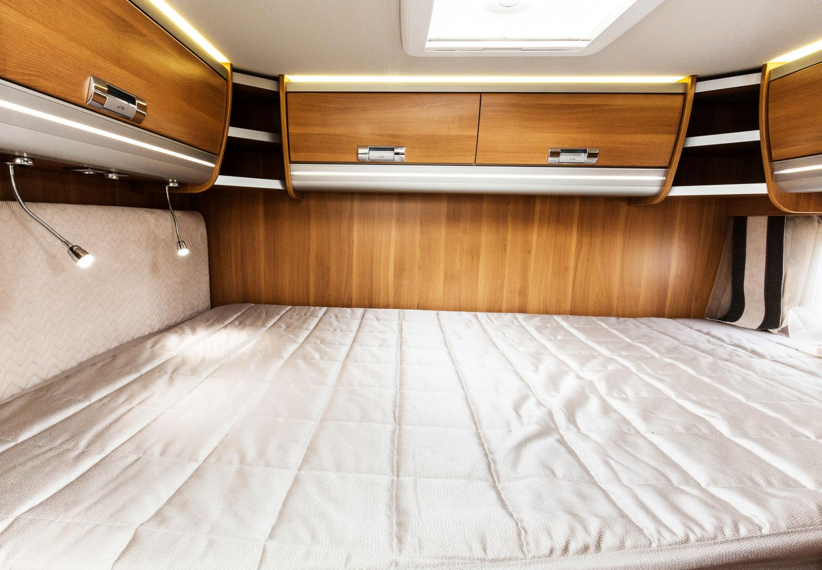 Laika Ecovip 600. Vill man ha en kort husbil så är det vanligt med tvärställda sängar. Det ger mer plats till övrig möblering i husbilen.