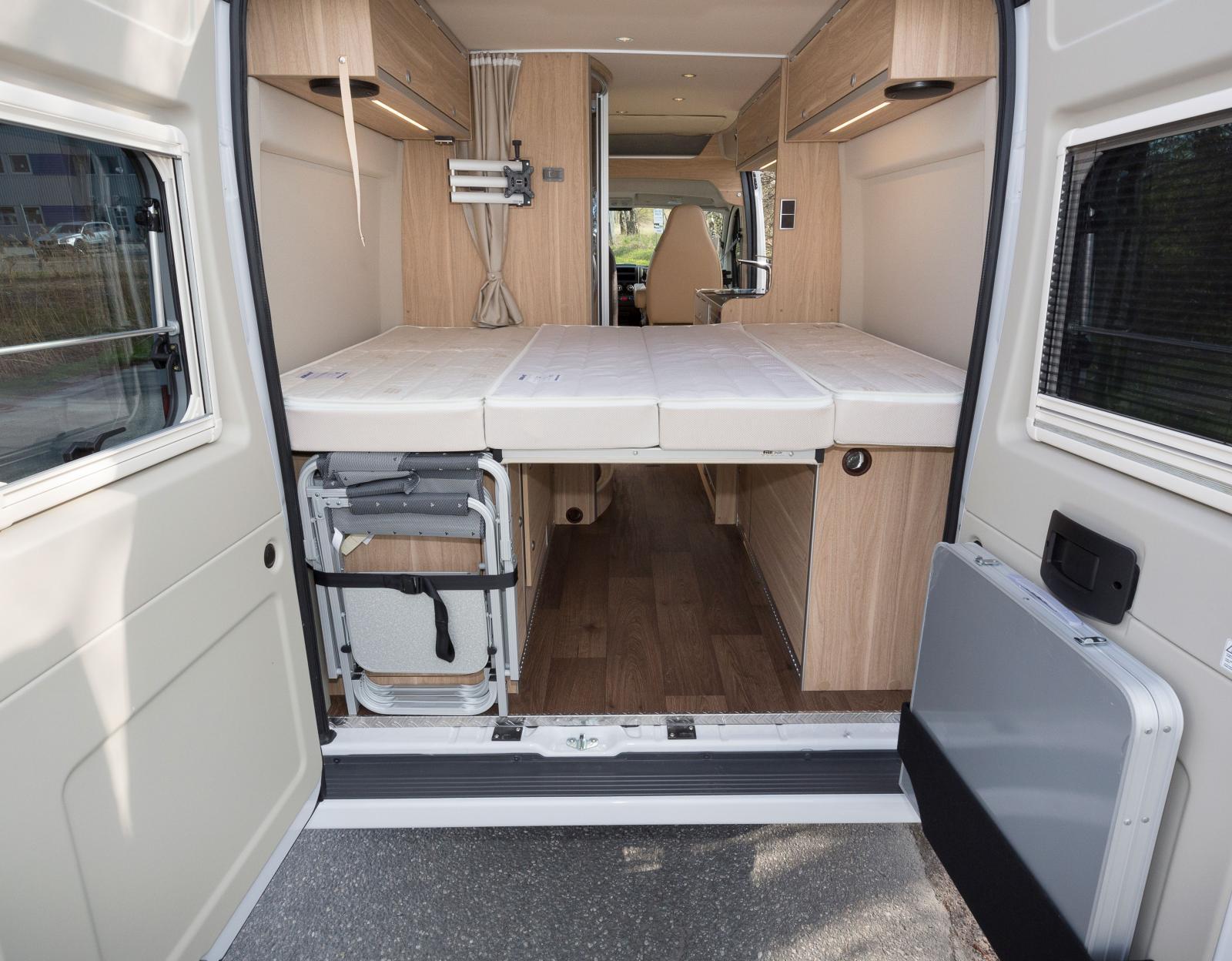 Under sängen bak finns förvaring och ofta även vattentank, batteri, gasolflaskor och även värmepanna. Smart bordsförvaring!