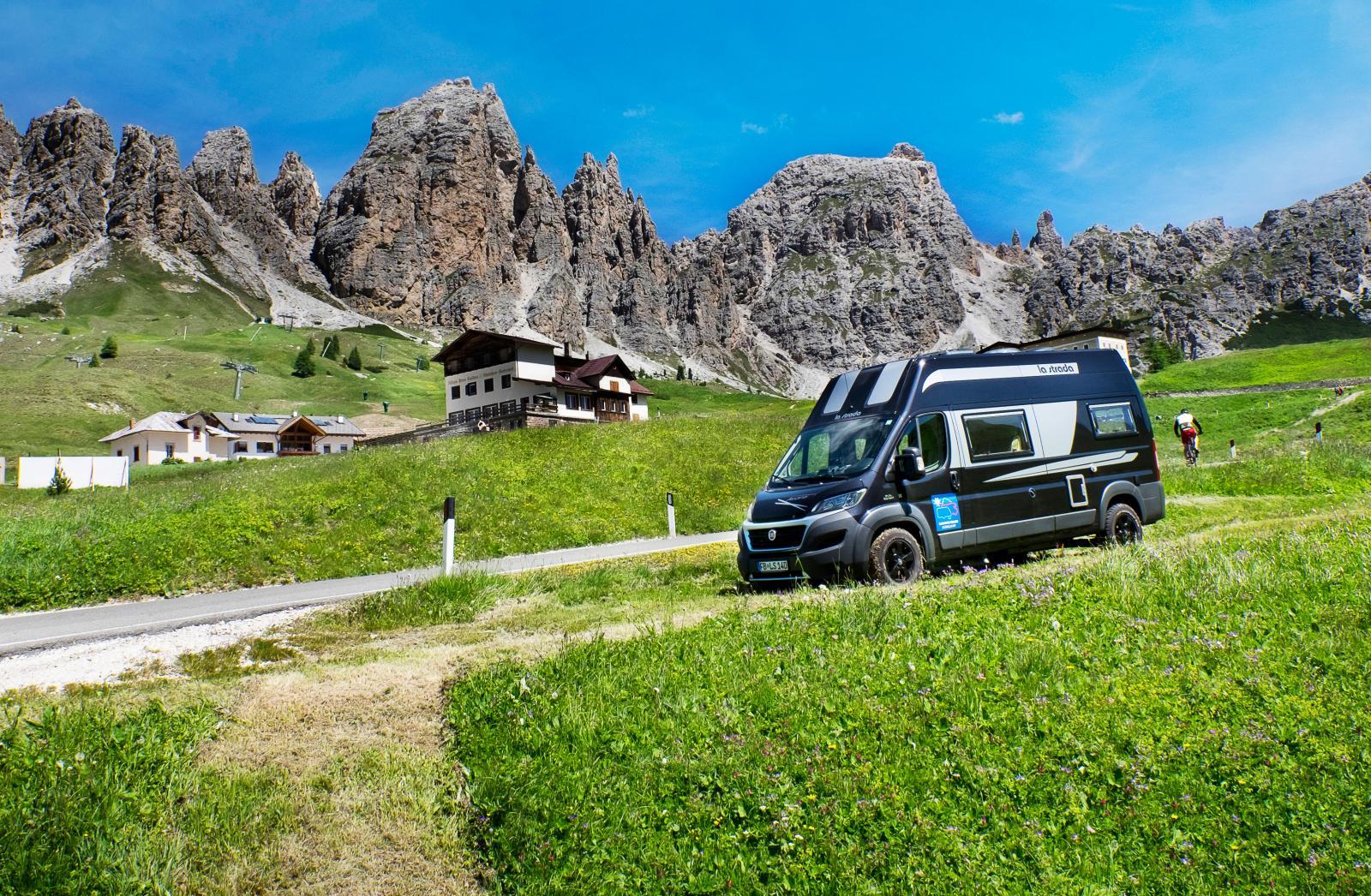 Många gillar de mindre husbilarna för att det är enklare att ta sig fram på krångliga vägar. Här kör vi en la strada i Sydtyrolen.