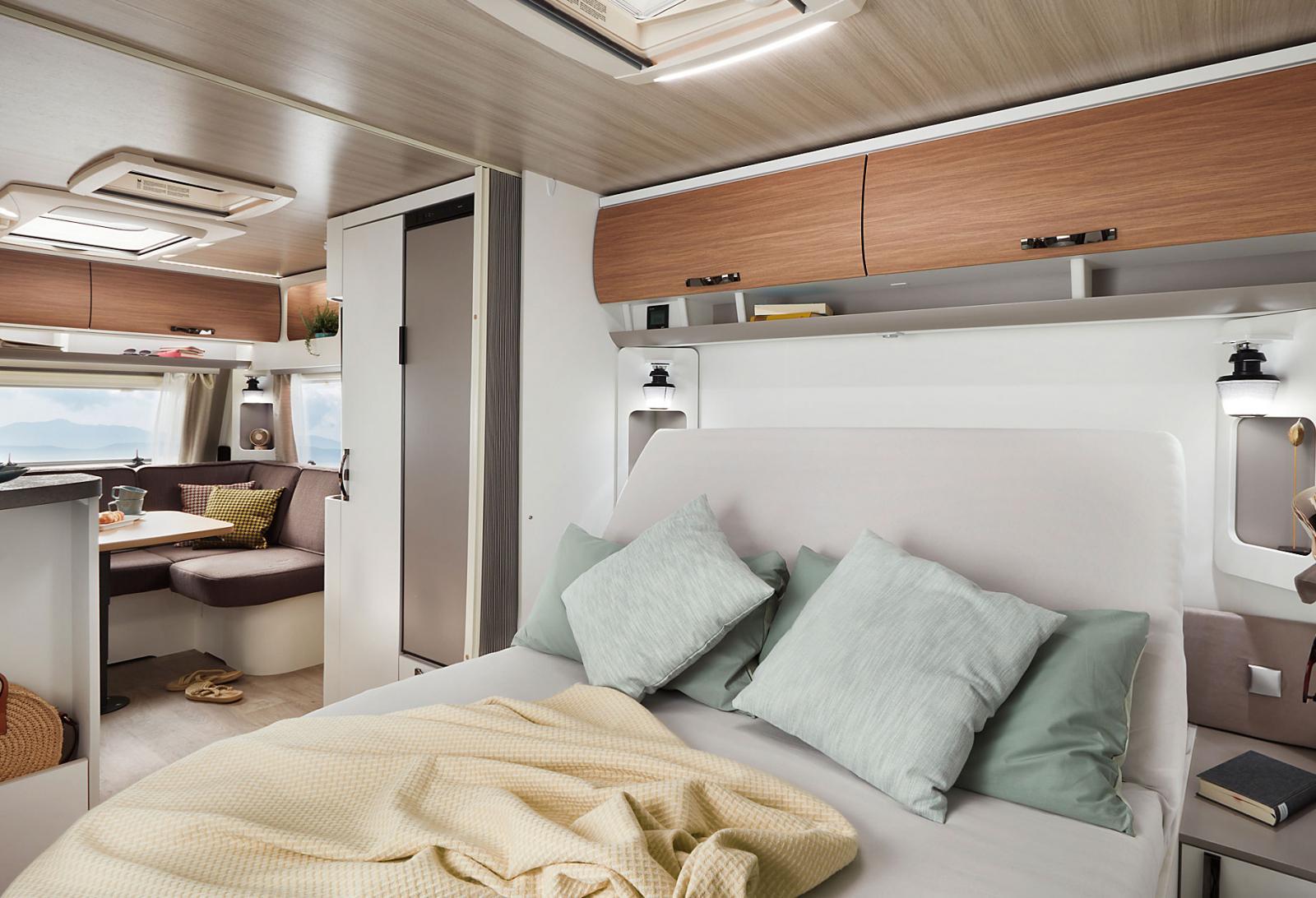 Eriba Nova590 med tvärställd queenbed i aktern och u-soffa i fören. Åtta meter enkelaxlad husvagn för par eller fyra.