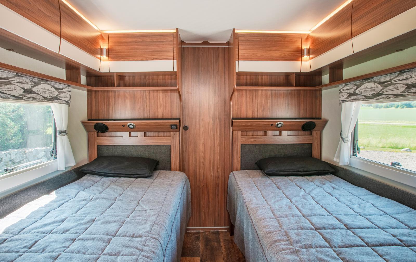 Mellan bäddarnas justerbara huvudändar finns dörren till det vagnsbreda tvättrummet, vädringsluckor intill väggfönstren.