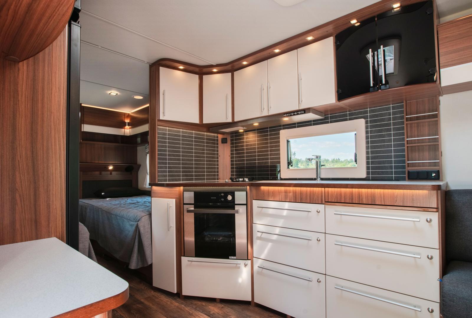 Bra belysning, effektiv ventilation, stor kyl och frys, lådor i stället för skåp. Ett bra kök.