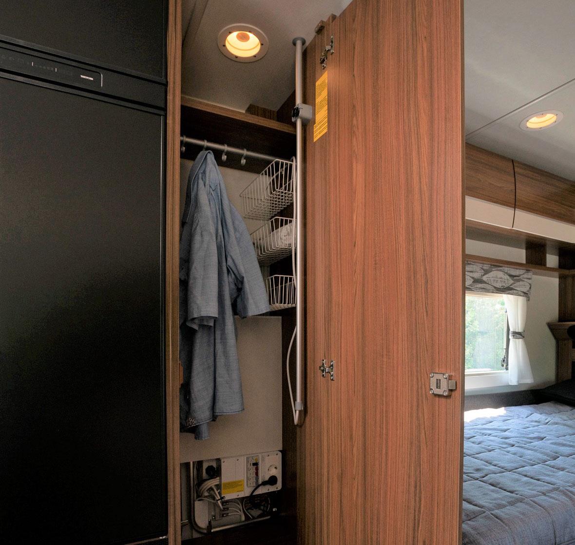 I garderoben finns vagnens batteri och elcentral.