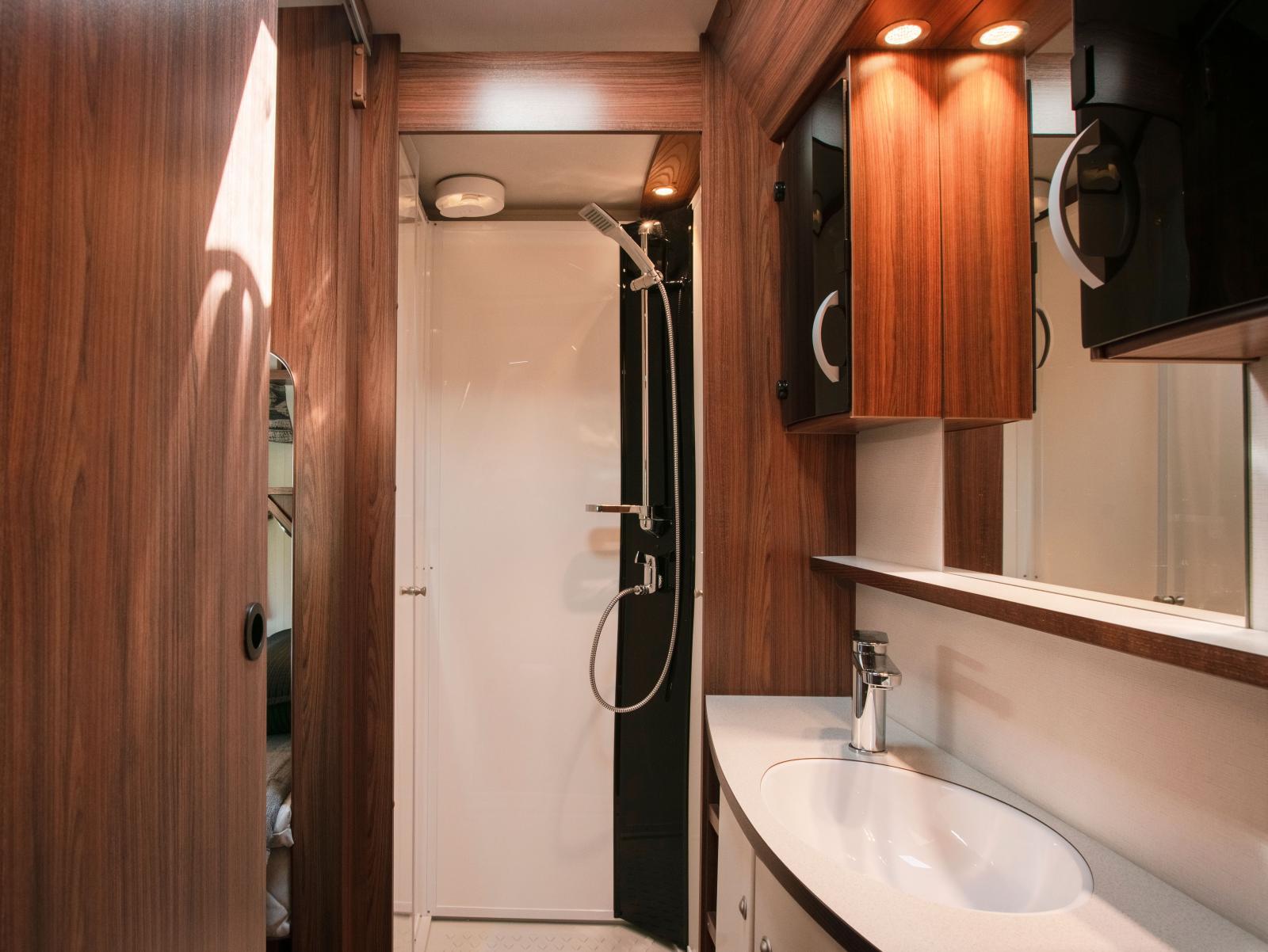 Med separat duschkabin kan man vara fler än en i tvättrummet samtidigt.