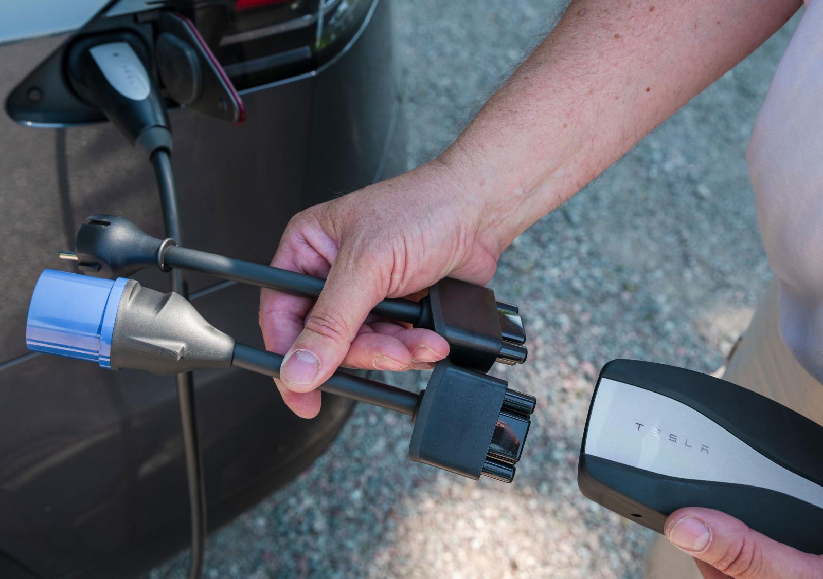 Olika laddstationer har olika anslutningar. Högst kapacitet finns i Teslas Superchargers.