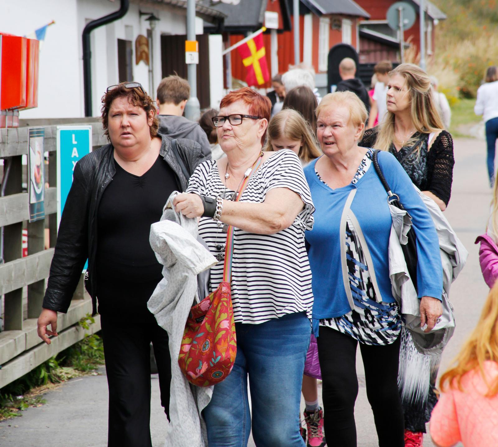 Mängder med besökare i Kåseberga. Varje år kommer en bra bit över en halv miljon besökare till Ales Stenar.