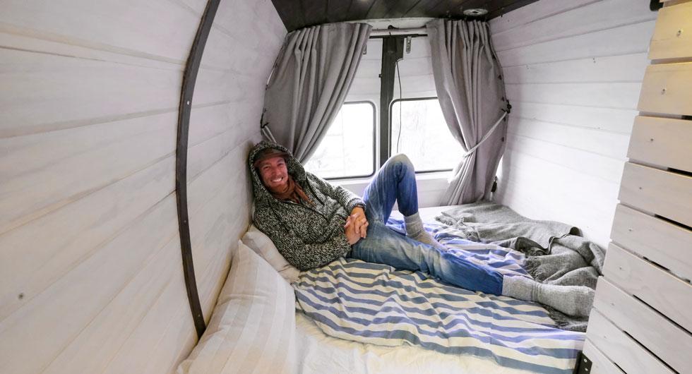 Sittgruppen bäddas om till en säng kvällstid. Bäst längd får man om man som Patrik bäddar på diagonalen.