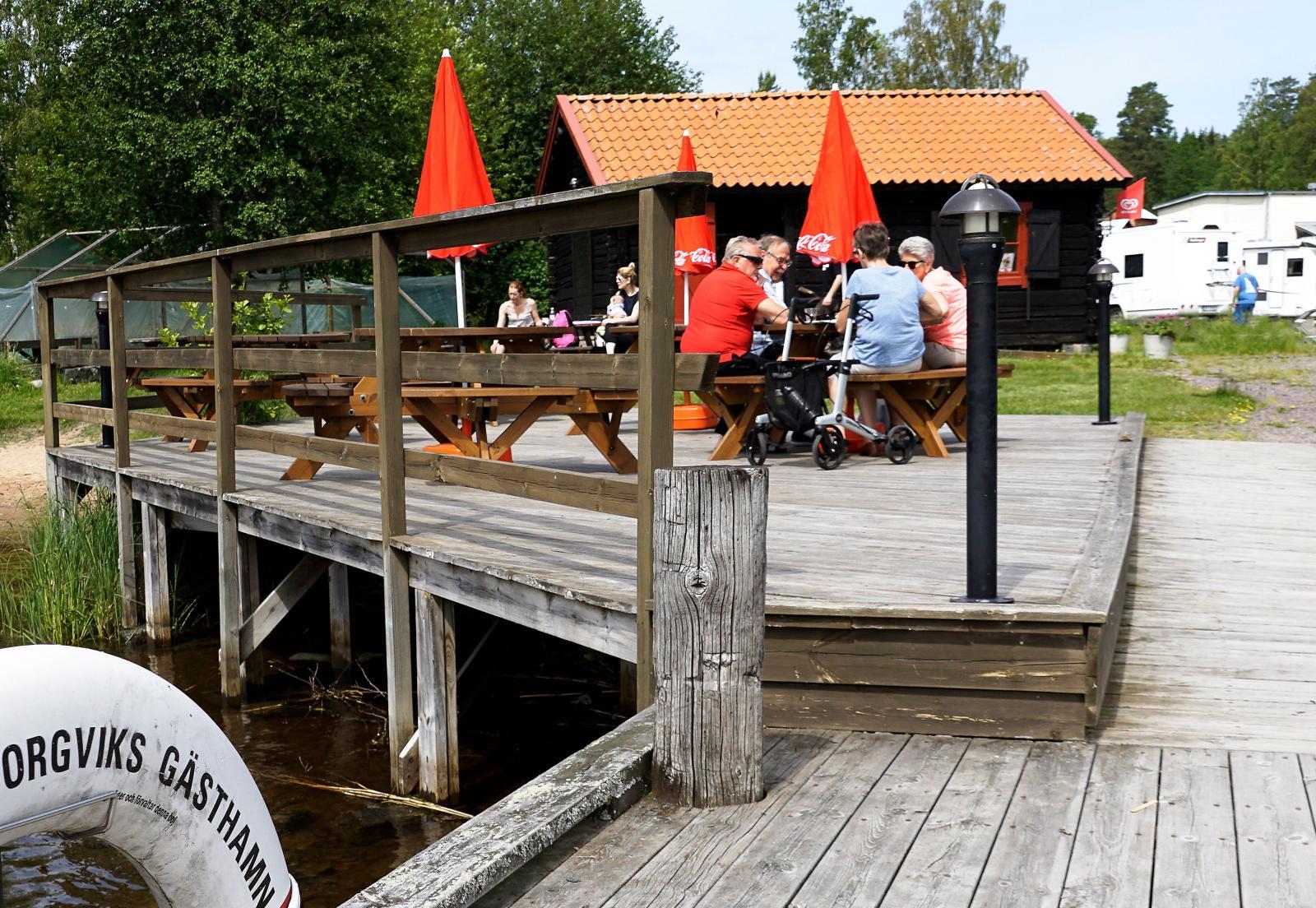 Ställplatsen i Borgvik ligger alldeles nere vid Borgvikssjöns strand med hamncaféet som närmaste granne.